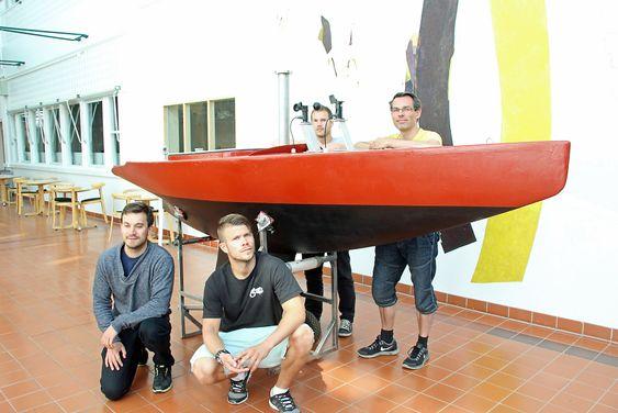Tre tidligere studenter har utviklet en robotstyrt seilbåt, foran fra venstre Frederic Syversen Avias og Simen Weum, bak fra venstre Mikael Tunge og veileder, høgskolelektor Marius Tannum.
