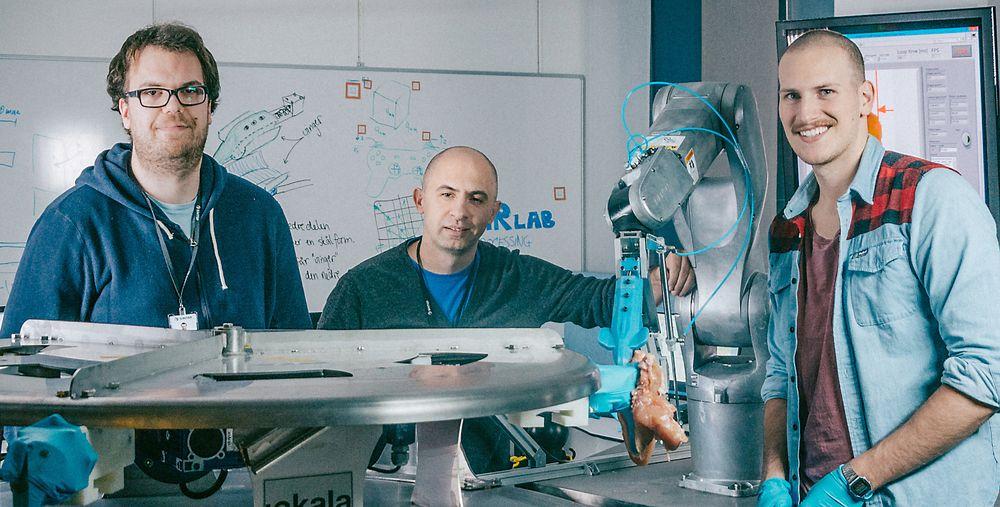 Dette er teamet bak «Gribbot» – verdens første robot som kan fjerne kyllingfilet fra et skrog – helt automatisk. Fv: Elling Ruud Øye, Ekrem Misimi og Aleksander Eilertsen. Foto: TYD/Sintef