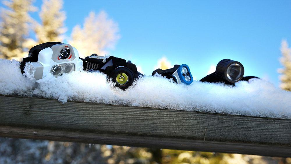 TESTET: Petzl Nao (f.v.), Lupine Neo, Silva Trail Speed Plus og Gemini Xera har vært med oss på tur langs vintermørke stier i marka og i skiløyper på fjellet. Nå faller dommen.