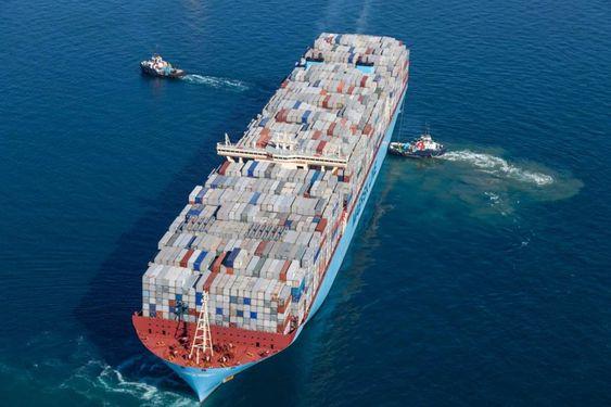 Det 400 meter lange skipet Maersk Mc-Kinney Moller får assistanse av to taubåter på vei ut fra den spanske havnen Algeciras 26. janauar 2015.