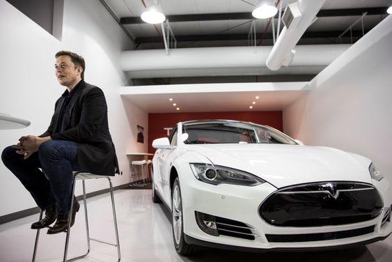 Tesla-sjef Elon Musk på fabrikken i Fremont, California.