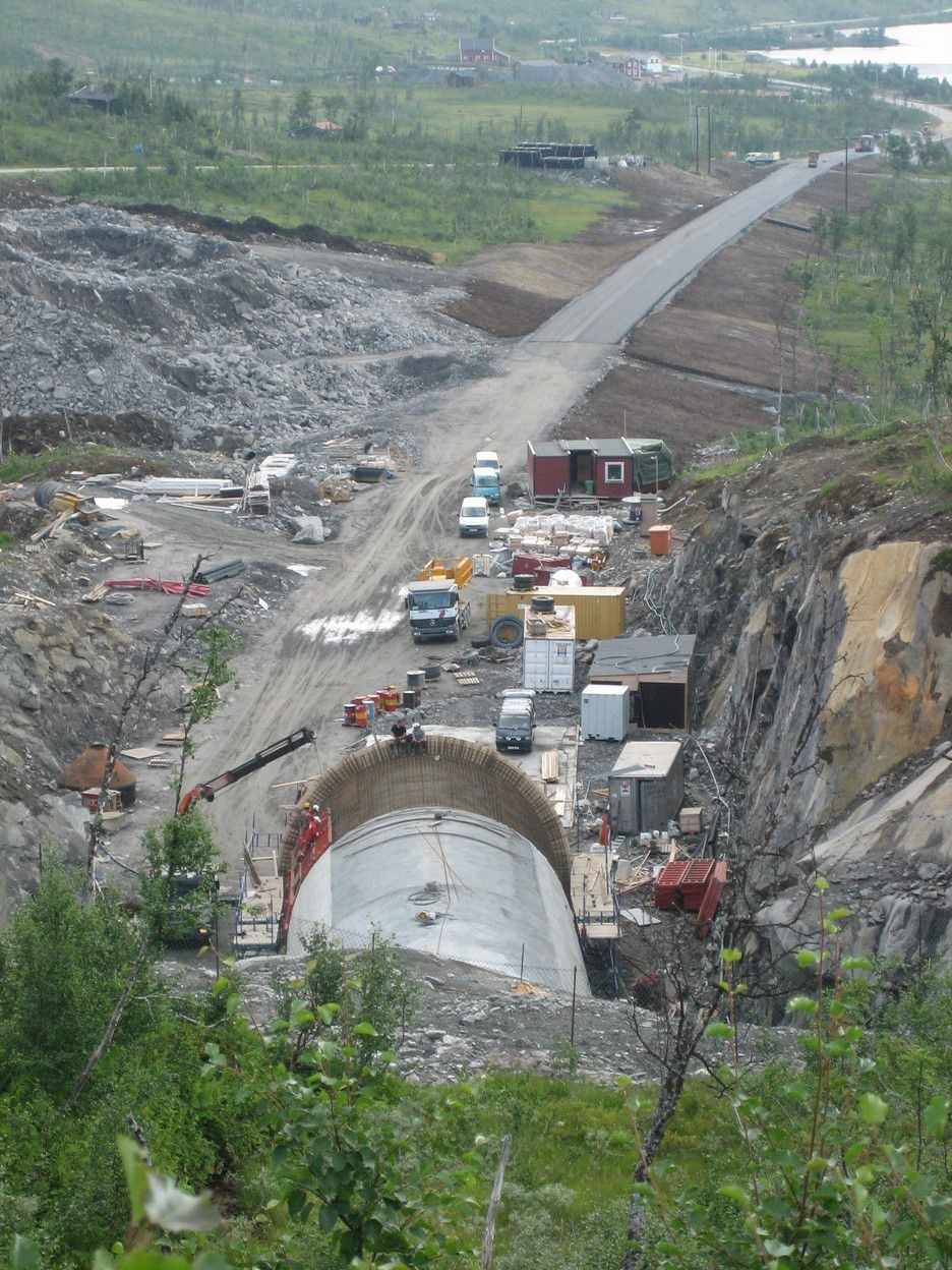 Portalen mot sør som dette bildet viser, er nå fullført. Før året er omme skal Mika også gjøre ferdig nordre portal.
