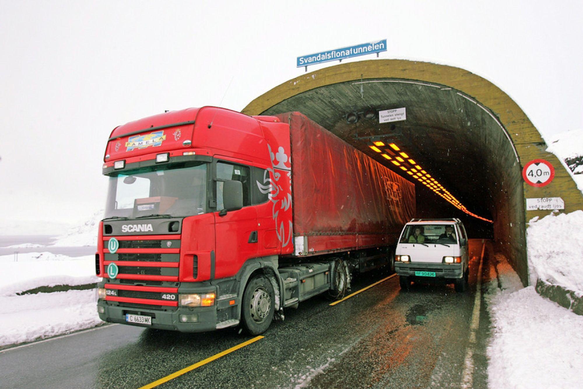 Farlig situasjon på E 134: En bil på veg ut av Svandalsflonatunnelen passerer et utenlandsk vogntog som ligger helt ute mot midtlinjen. Nå blir tunnelen utvidet i høyden for å unngå slike situasjoner