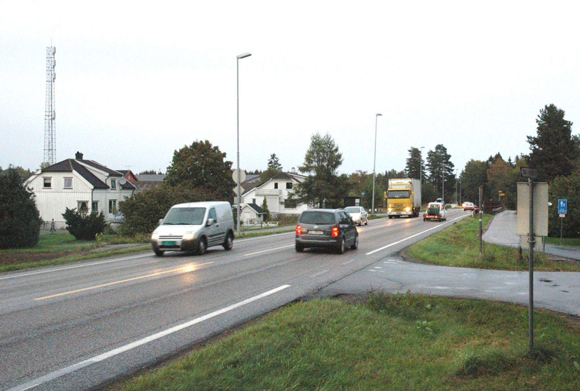 Både randbebyggelsen og trafikken går tett i boligfeltet Ringdal langs E 18 mellom Langåker og Seierstad. Om mindre enn tre å er prøvelsen for beboerne over.