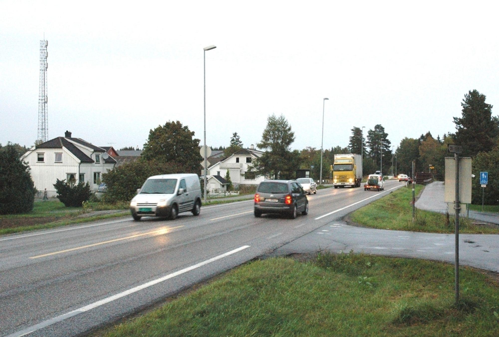 Både randbebyggelsen og trafikken går tett i boligfeltet Ringdal langs E 18 mellom Langåker og Seierstad. Om tre å er prøvelsen for beboerne over - hvis Stortinget vil.
