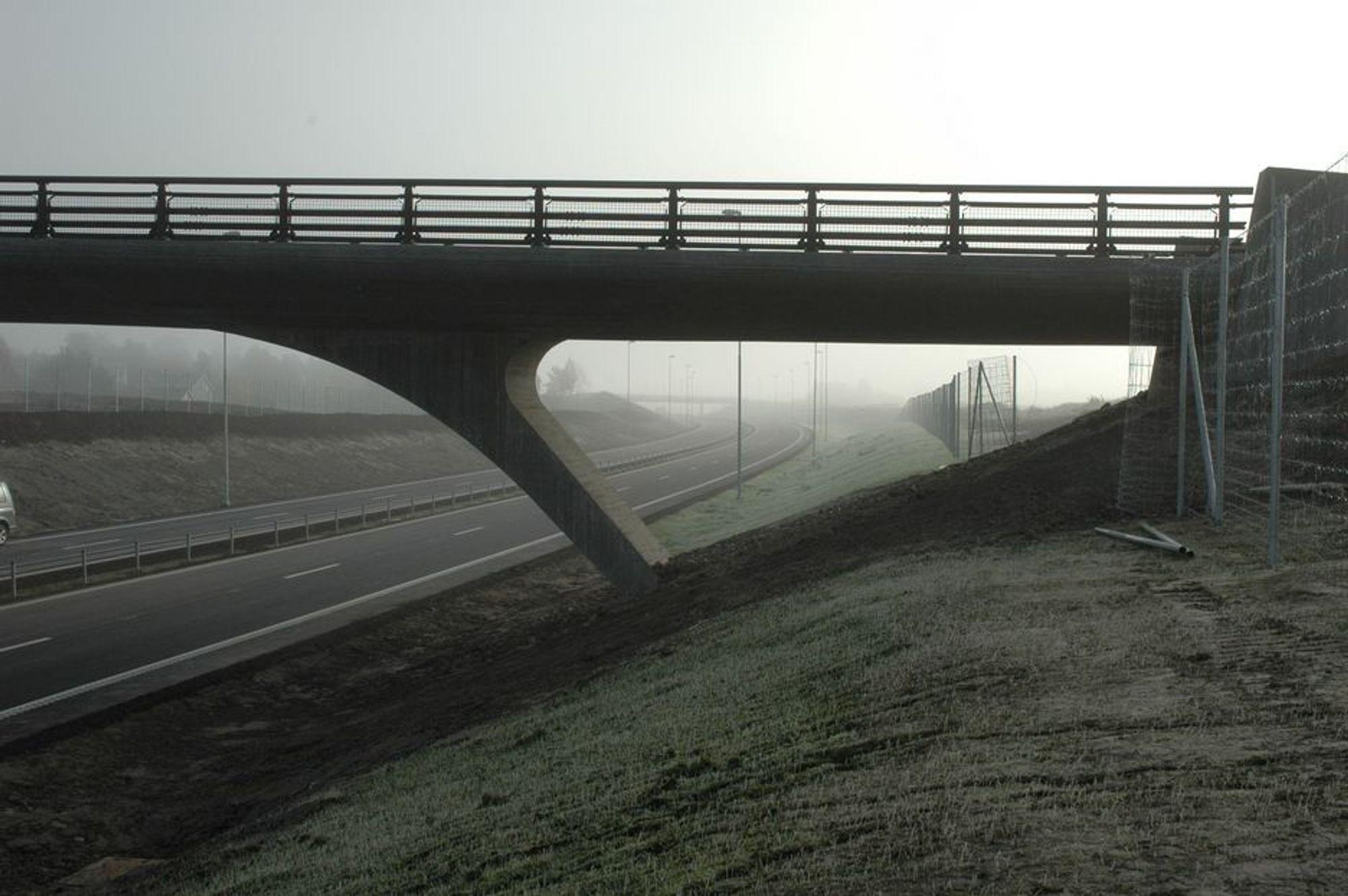 E 18 utenom Askim høsten 2005. Fire overgangsbruer har fått felle og harmonisk design, i tråd med det som vil bli gjort på alle E18-parsellene i Østfold.