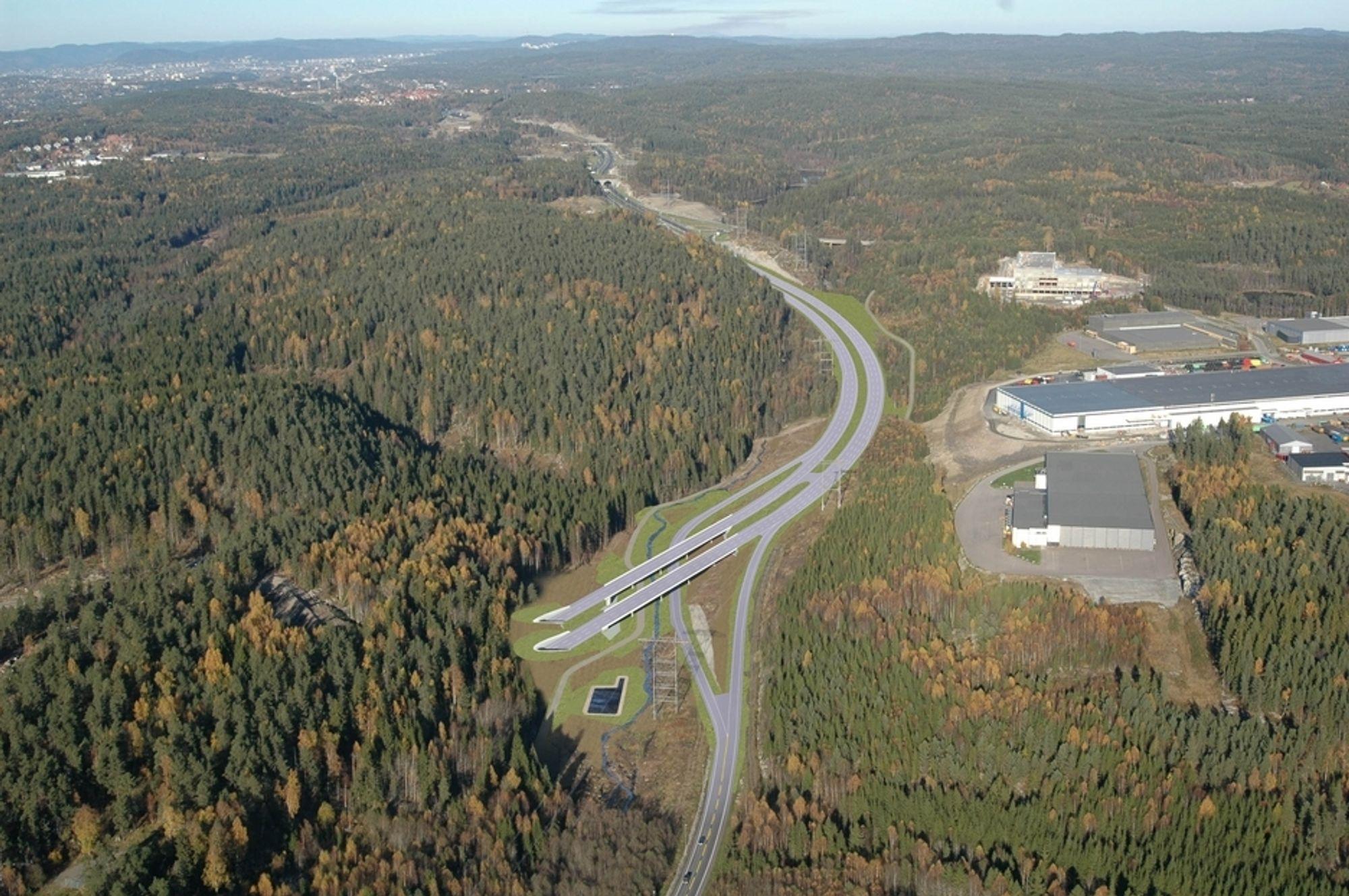 Sør for Assurtjern skal dagens E 6 brukes som sørgående kjørebane for ny fire-felts E 6.  Til venstre for de to bruene kommer den 3,7 km lange tunnelen ut i dagen. (Ill: Norfilm)