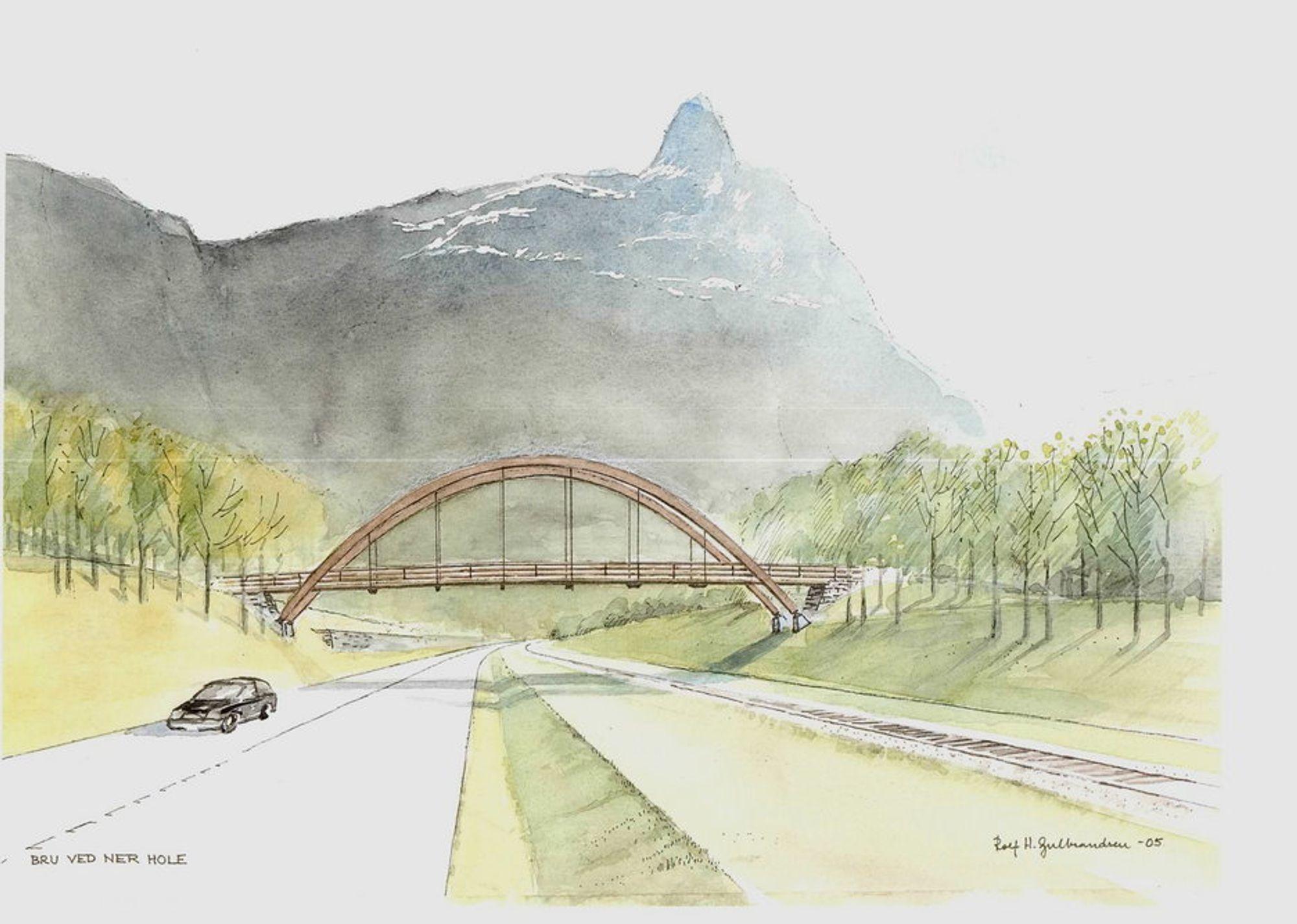 Ner Hole bru blir godt synlig i terrenget, men den får sterk konkurranse om oppmerksomheten av det mektige Romsdalshorn i bakgrunnen. (Ill.: Arkitekt Rolf Gulbrandsen)