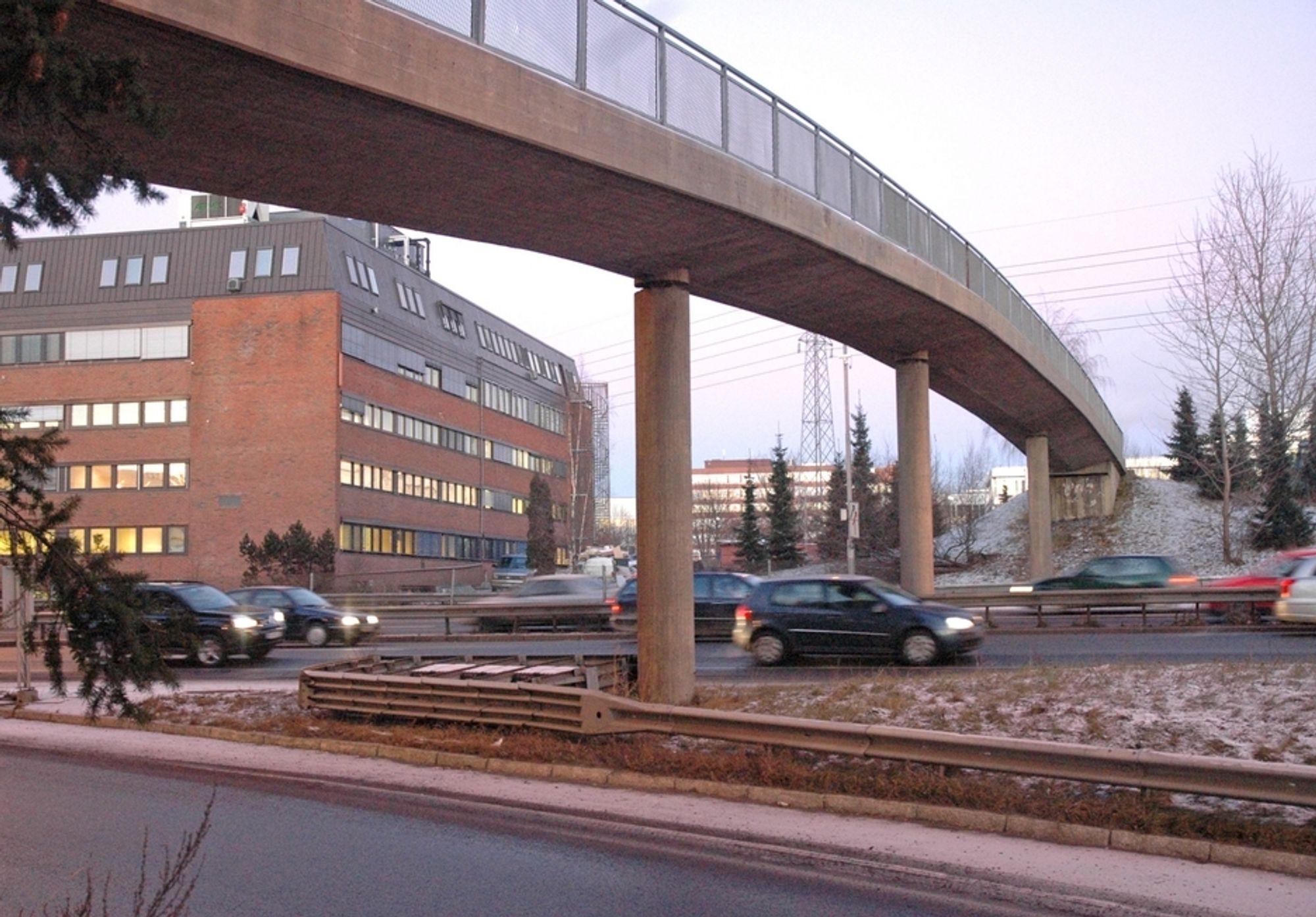 Denne gangbrua over Ring 3 mellom Økern og Ulven skal rives og erstattes av en vegbru som vil lette den interne trafikken i området. I dag fungerer Ring 3 som et effektivt stengsel for lokaltrafikken.