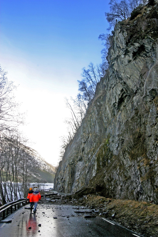 Riksveg 13 gjennom Myrkdalen er alt annet enn trygg. Fra og med vinteren 2008/2009 er den farligste strekningen erstattet med tunnel.