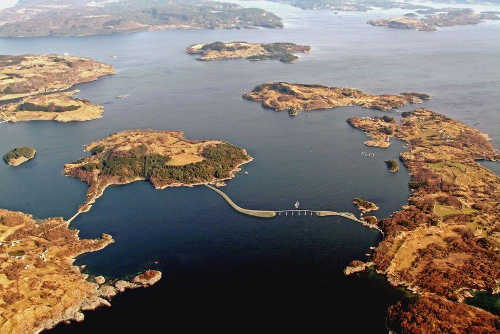 Når fyllingene og brua mellom Tjul (til venstre) og Nord-Talgje er fullført, blir det et anløp mindre i det kompliserte fergesystemet innerst i Boknafjorden. (Ill.: Statens vegvesen)