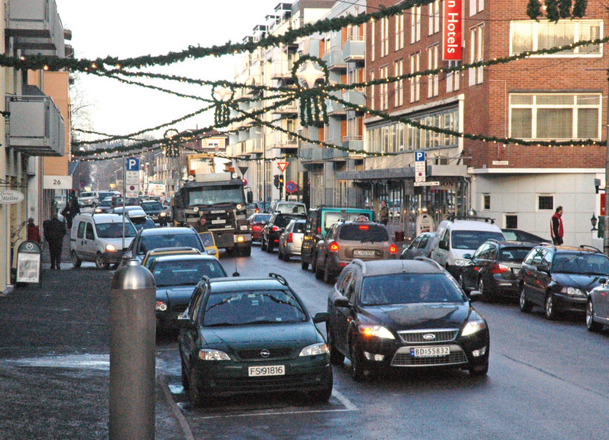 Storgata i Lillestrøm egner seg dårlig som handlegate. Fortauene er ikke spesielt brede, den har tett trafikk og enda tettere rekker med parkerte biler på begge sider. Forholdene blir mye bedre når denne delen av Storgata er bygd om til gågate.