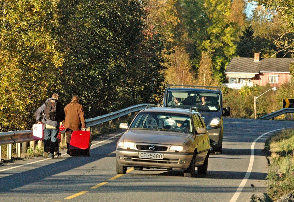 Inntil videre er kjørebanen det eneste tilbudet til myke trafikanter på riksveg 172 mellom Svingen og Fråstad. Fotgjengere som føler seg trygge her, tror på julenissen.