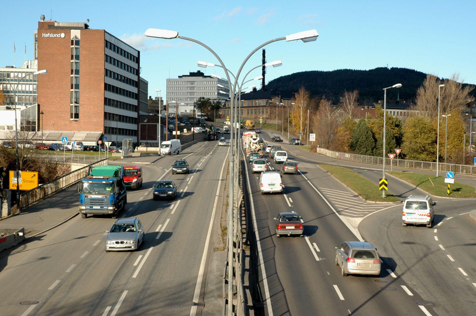 Mindre trafikk enn dette er det sjelden gjennom Økernkrysset på dagtid. I rushtiden er køene veldig lange. Vegvesenet håper de blir kortere når Lørentunnelen blir ferdig i 2012.