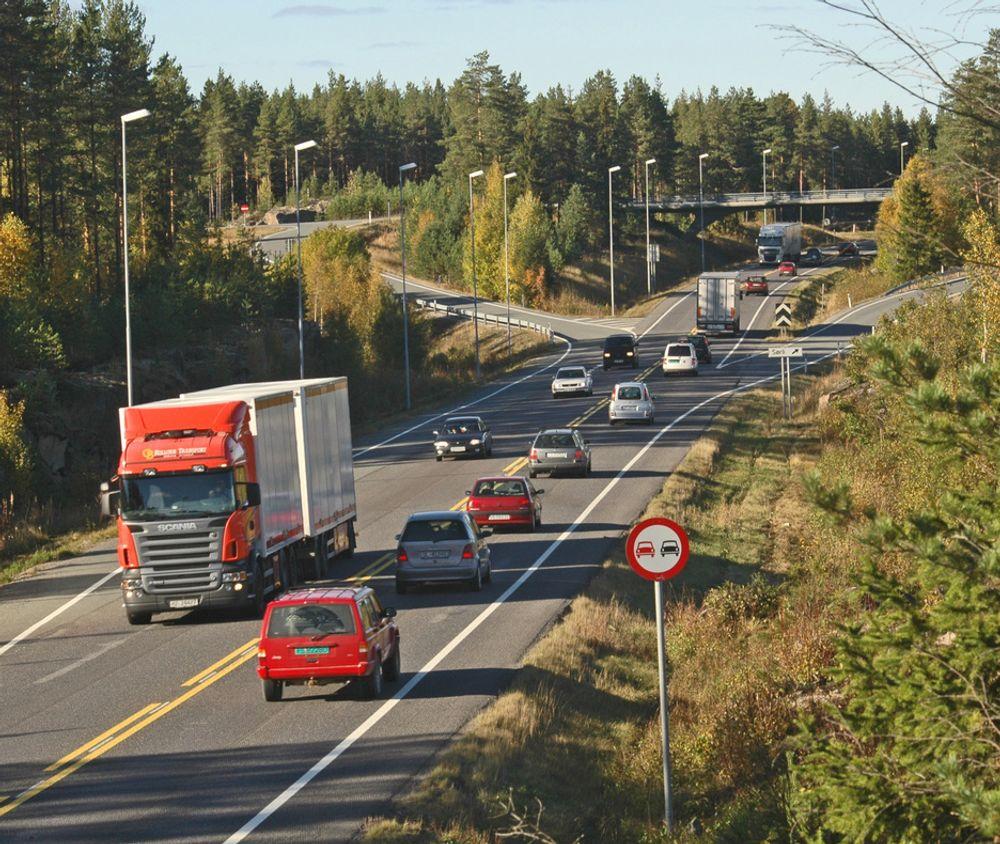 Dagens E 6 ved Kolostuen skal bare ta sørgående trafikk når utvidelsen er fullført høsten 2009. Den nye nordgående kjørebanen kommer utenfor bildet til høyre. I dette området blir midtdeleren hele 8 meter bred.