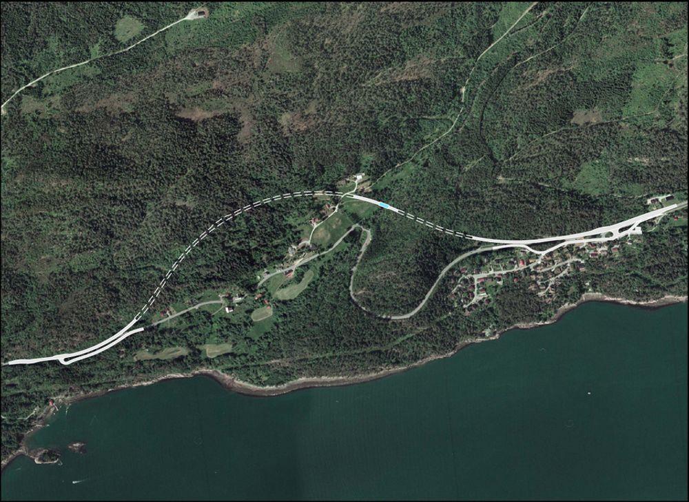 Riksveg 662 holder en uakseptabel standard vest for Molde sentrum. I juni 2009 åpnes tunnelene som avløser vegen. (Ill.: Statens vegvesen)