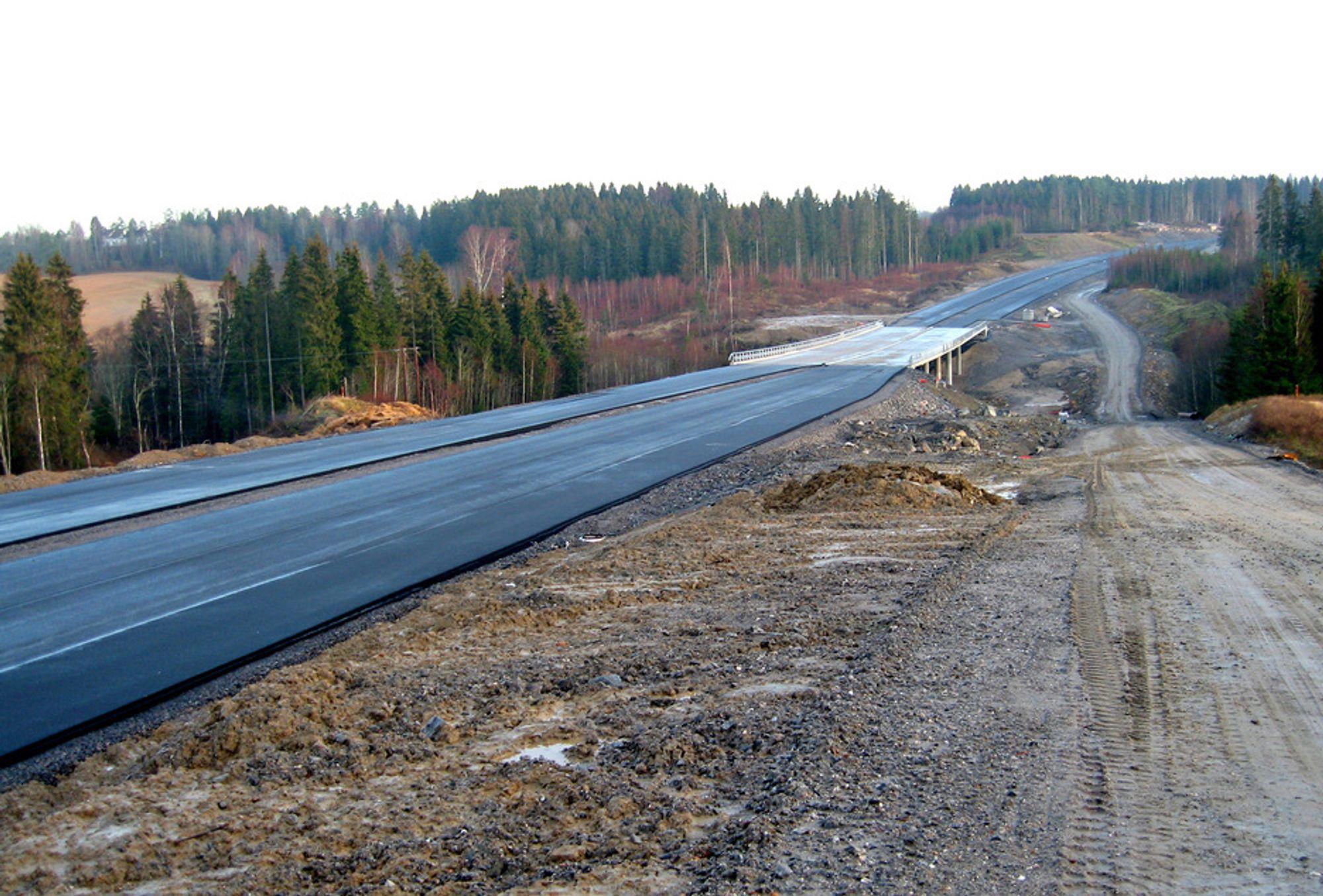 Fusk bru ved kommunegrensen mellom Eidsberg og Askim ligger foreløpig ensom og forlatt. Hvis det går slik byggherren håper, går det trafikk på den før august er omme.