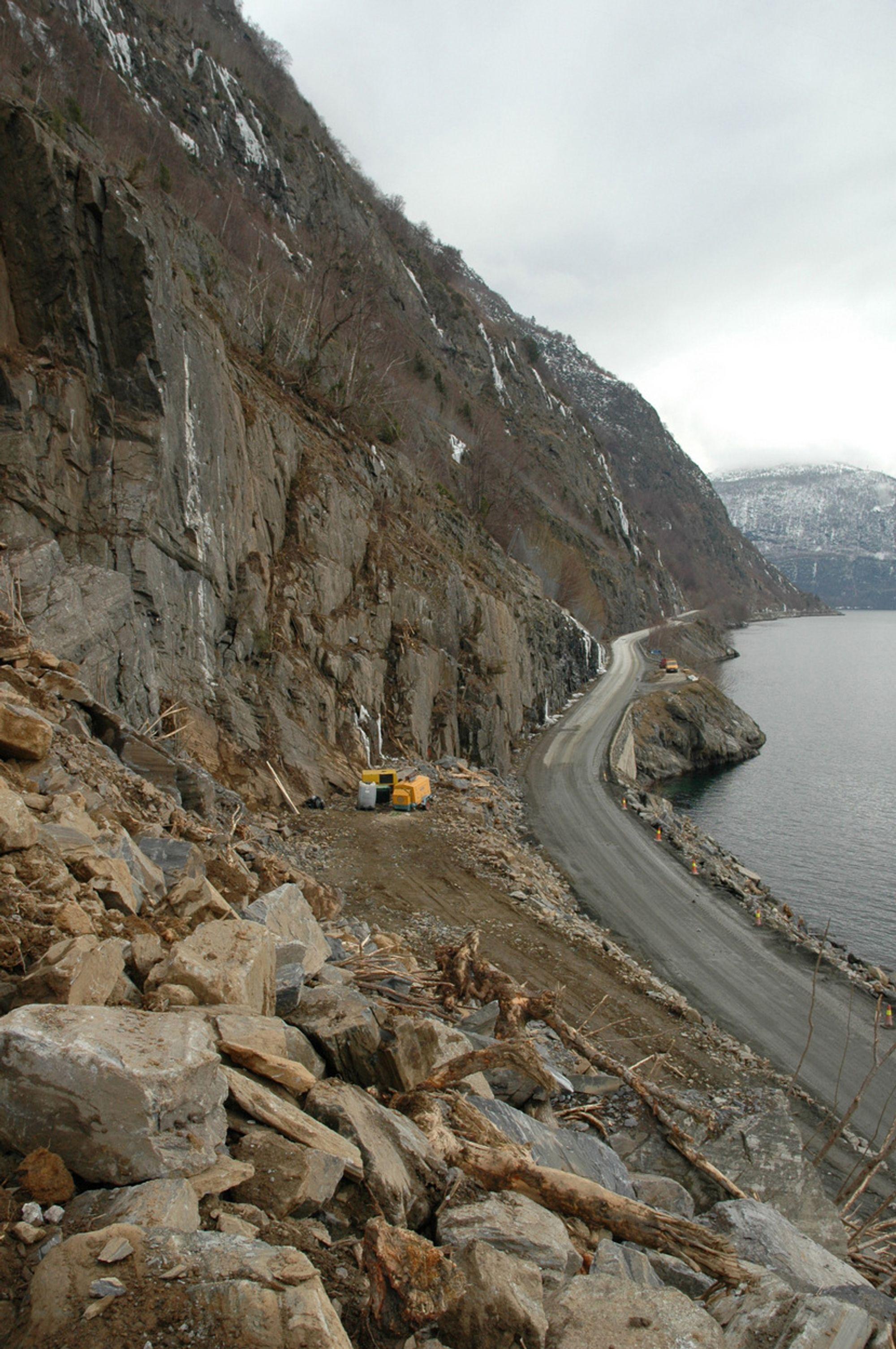 Her klargjøres innslaget på den vestre siden av Fatlabergtunnelen mellom Sogndal og Leikanger.