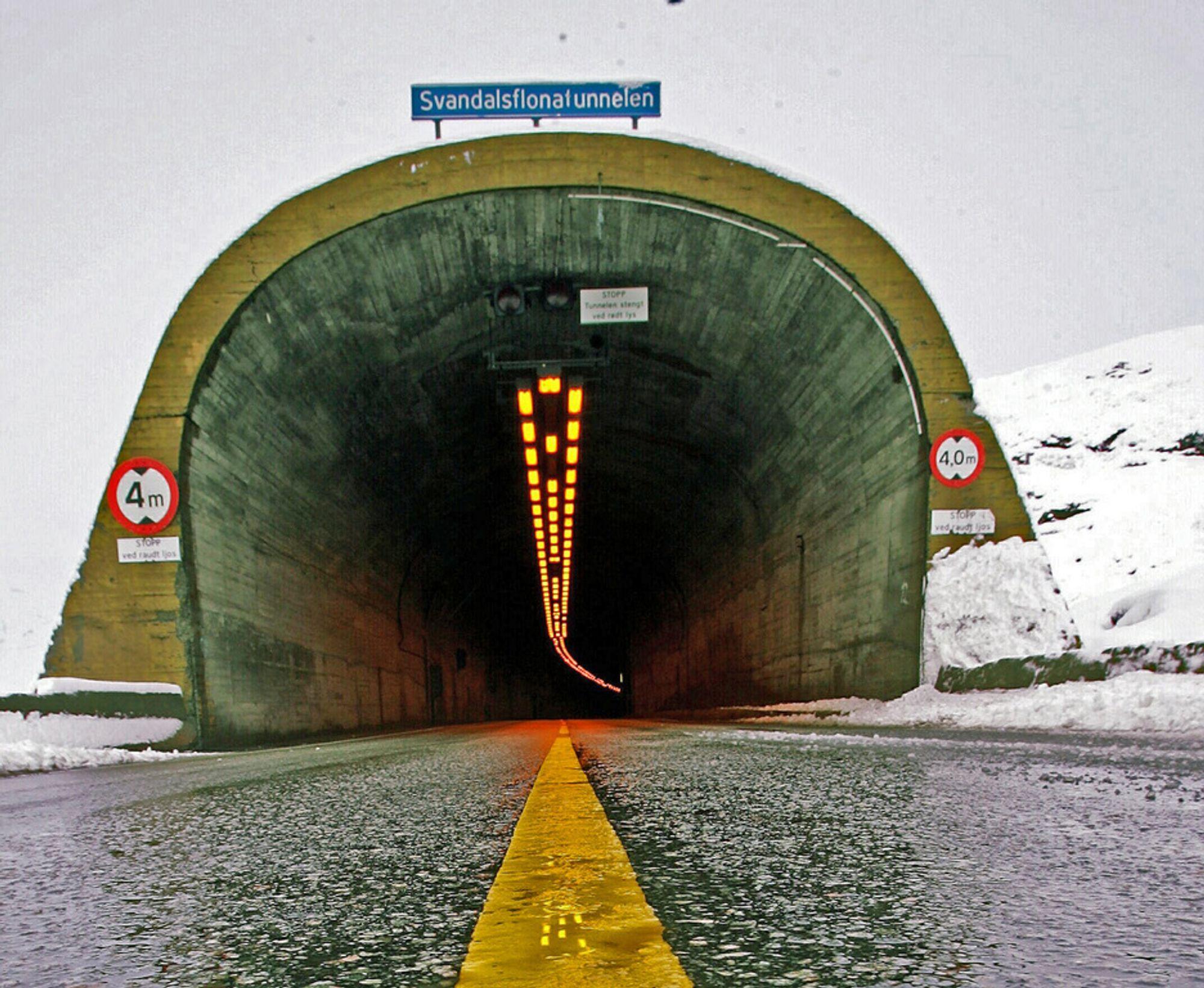 Fire meter er maksimal tillatt høyde i Svandalsflonatunnelen. Før året er omme skal den og de øvrige tunnelene på Haukeli- og Røldalsfjellet skiltes for en høyde på 4,2 meter.