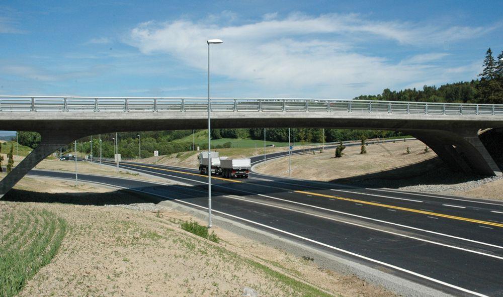 Gjennom Nygårdskrysset som ble ferdig i juni i fjor er E 18 så bred at midtrekkverk kan monteres direkte. Lenger nord må vegen utvides.