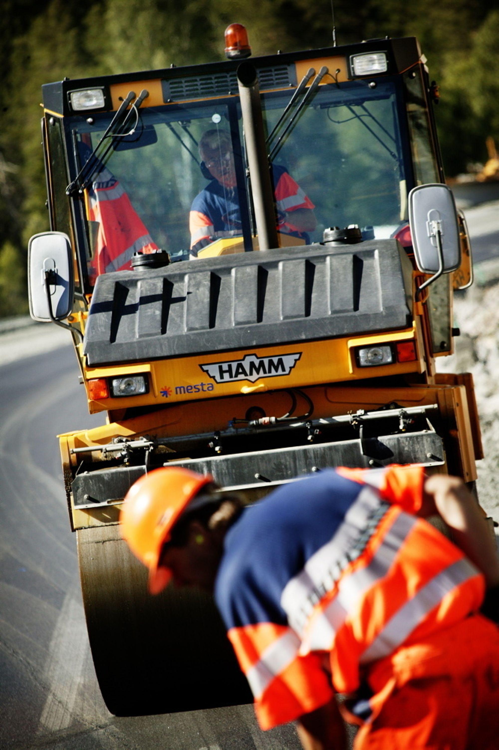 Det ble lagt mindre asfalt på vegene i 2006.