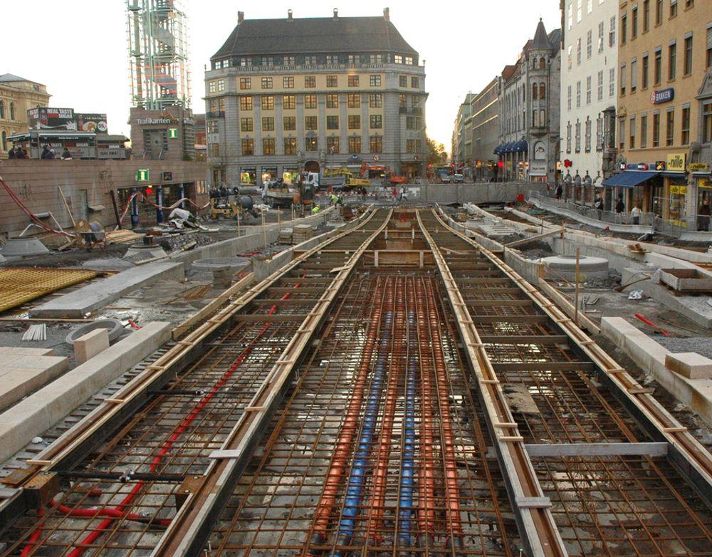 I over halvannet år har trikkene gått utenom Jernbanetorget. Vegvesenet tar sikte på at de kan komme tilbake i april.