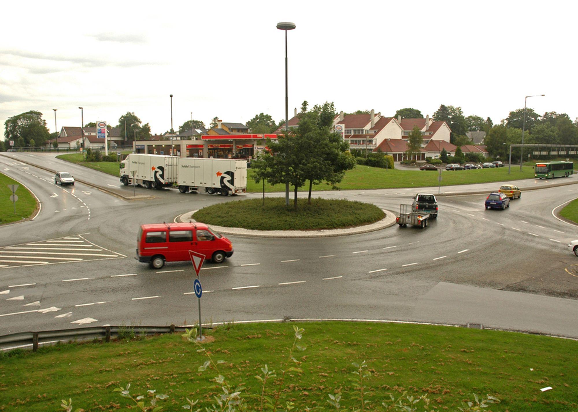 Å ta seg over Tjennsvollkrysset for egen kraft kan være ganske tungvint, særlig for dem som skal krysse riksveg 509 i retning Stavanger, som går ut av bildet øverst til høyre. Når ringbrua er sluttet våren 2010, blir det mye enklere. (Foto: Anders Haakonsen)