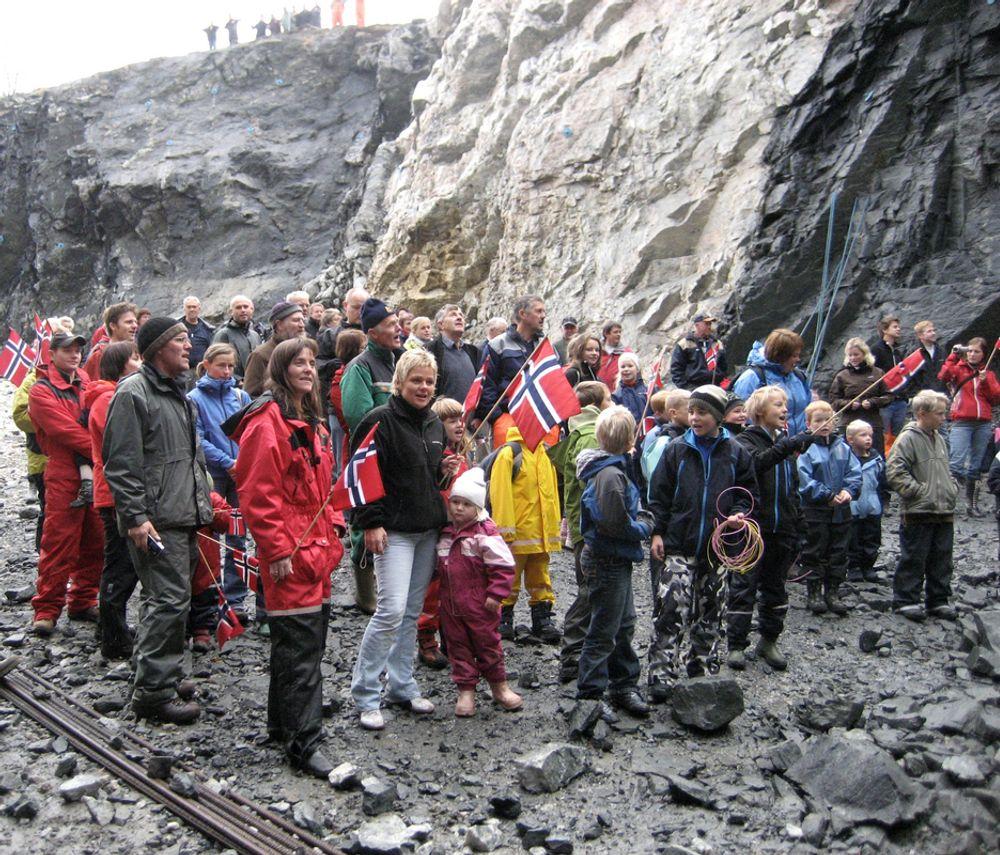 Talgjetunnelen er etterlengtet. 130 av øyas 170 innbyggere møtte opp da gjennomslaget ble markert. Blant dem var alle skolebarn og barnehagebarn på øya. (Foto: Anne-Merete Gilje, Statens vegvesen)