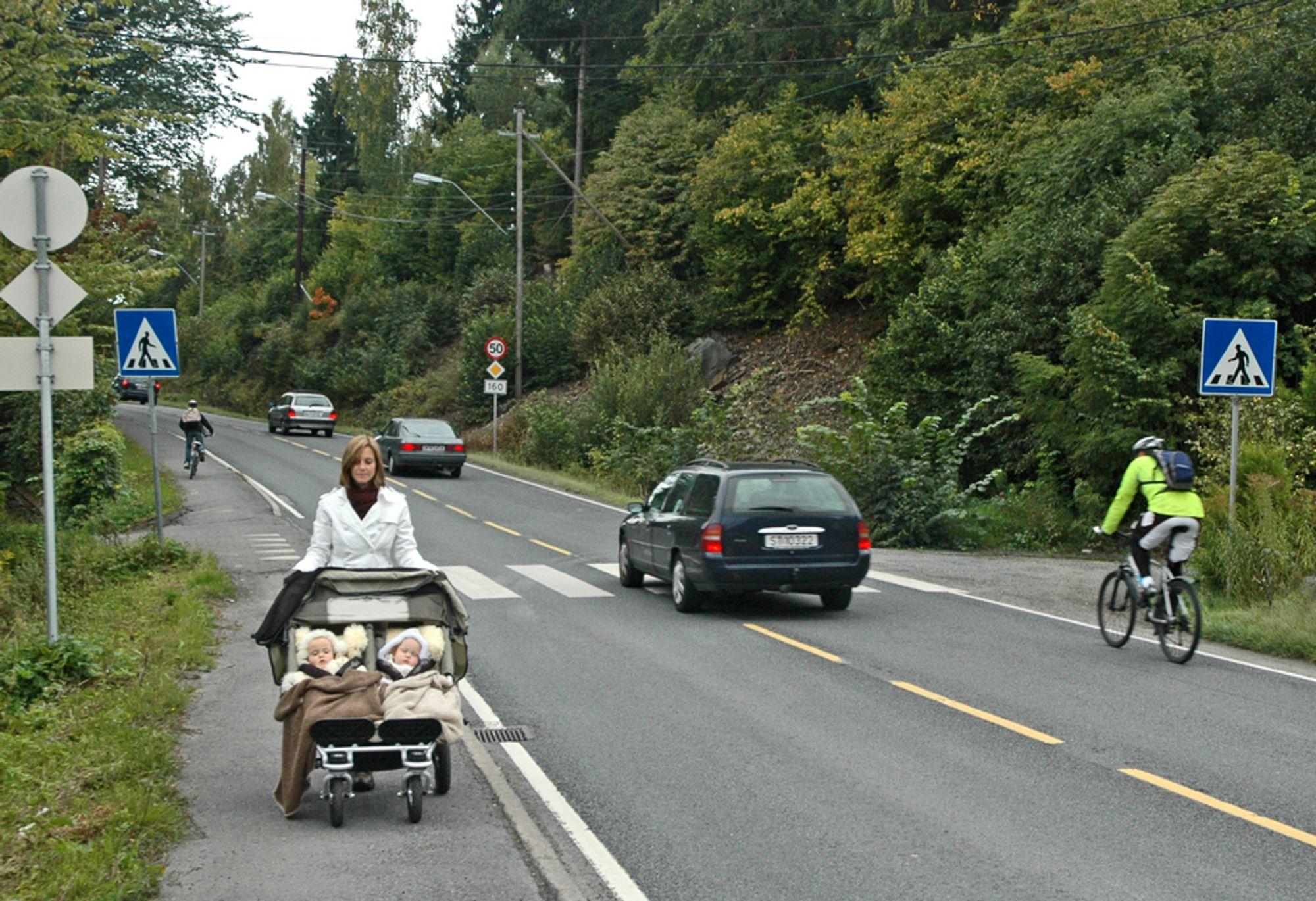 Dagens fortau langs riksveg 160 holder ikke til stort mer enn en bred barnevogn. Det er alt for dårlig på denne sterkt trafikkerte vegen. (Foto: Anders Haakonsen)