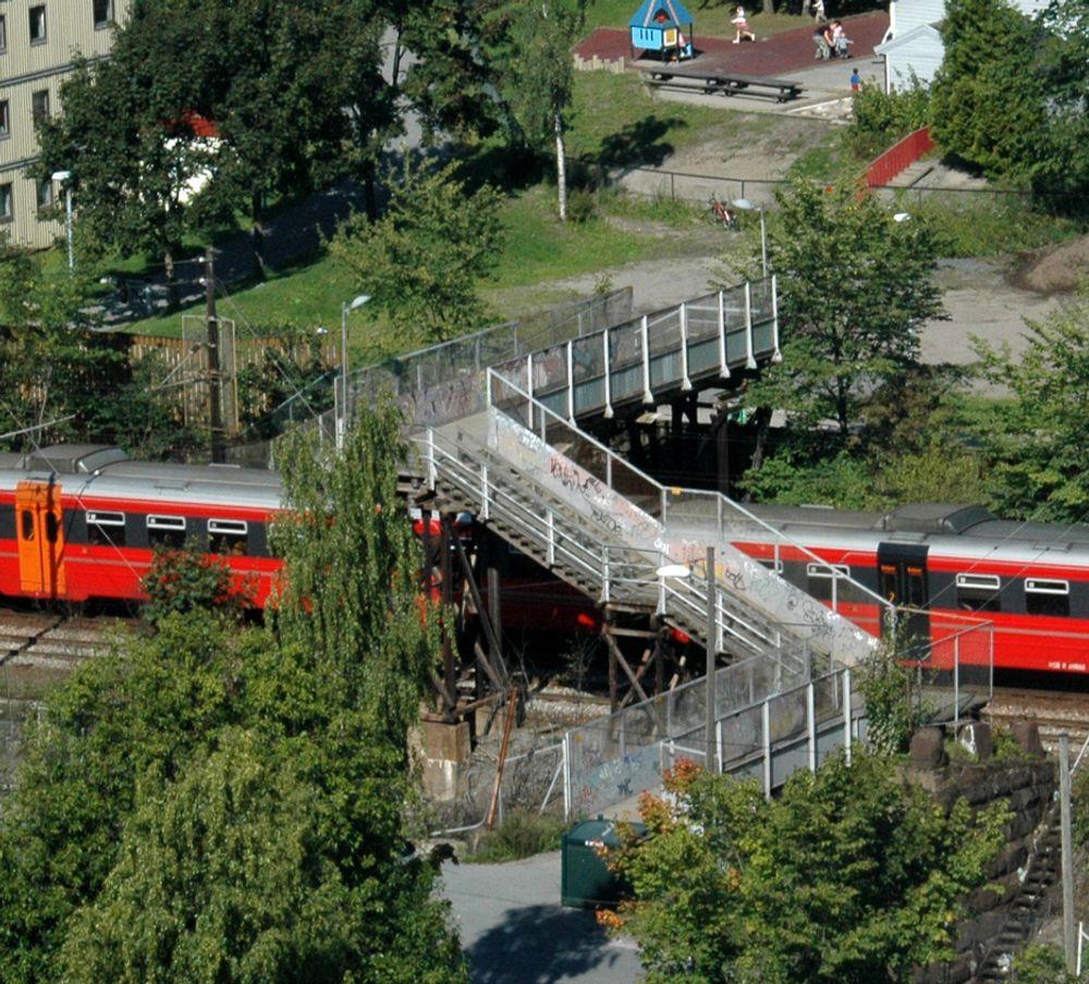 Bebyggelsen ligger tett på begge siden av jernbanesporet mellom Oslo S og Bryn. Likevel er dette den eneste forbindelsen over sporet på en strekning på to kilometer. Om mindre enn et år er situasjonen dramatisk forbedret for rullestolbrukere. (foto: Anders Haakonsen)
