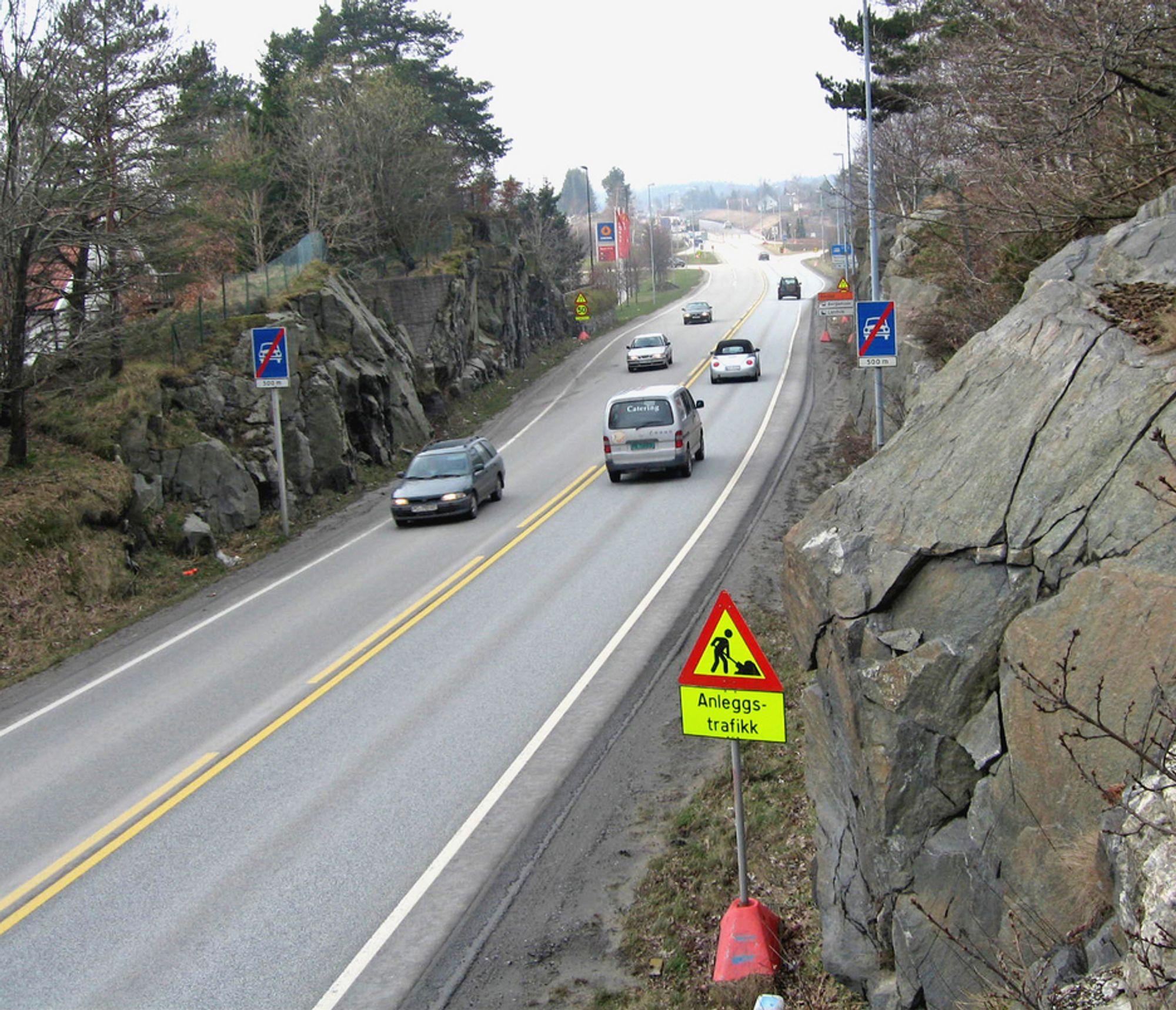 E 18 like øst for Øygardsdalen. Innen 30. juni neste år skal vegen være utvidet og midtdeler skal være på plass.