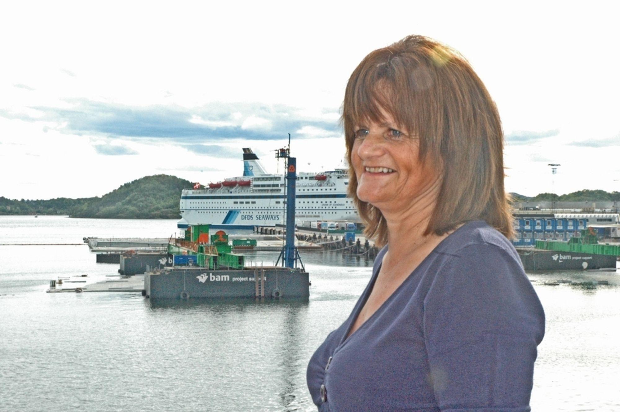 Gudmor Vigdis Amsjø Berge foran «Vigdis» som forsvinner i dypet bak henne. Hun tror ikke det er tilfeldig at det tyngste og mest uhåndterlige elementet ble oppkalt etter henne. (Foto: Anders Haakonsen)