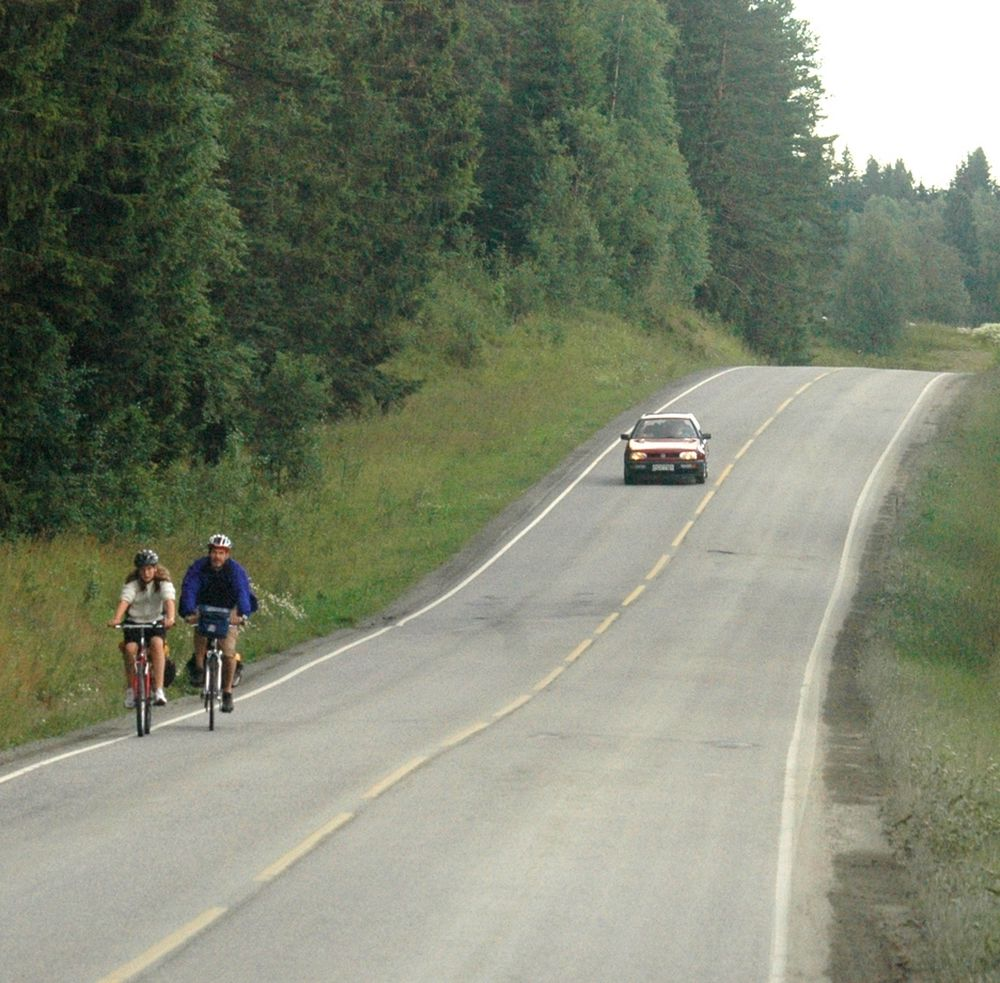 En sykkeltur på gamle E 6 er ingen hyggelig opplevelse. Trafikken er ofte atskillig større enn her, og som det går fram av bildet, er vegskuldrene bare en vits. (Foto: Anders Haakonsen)