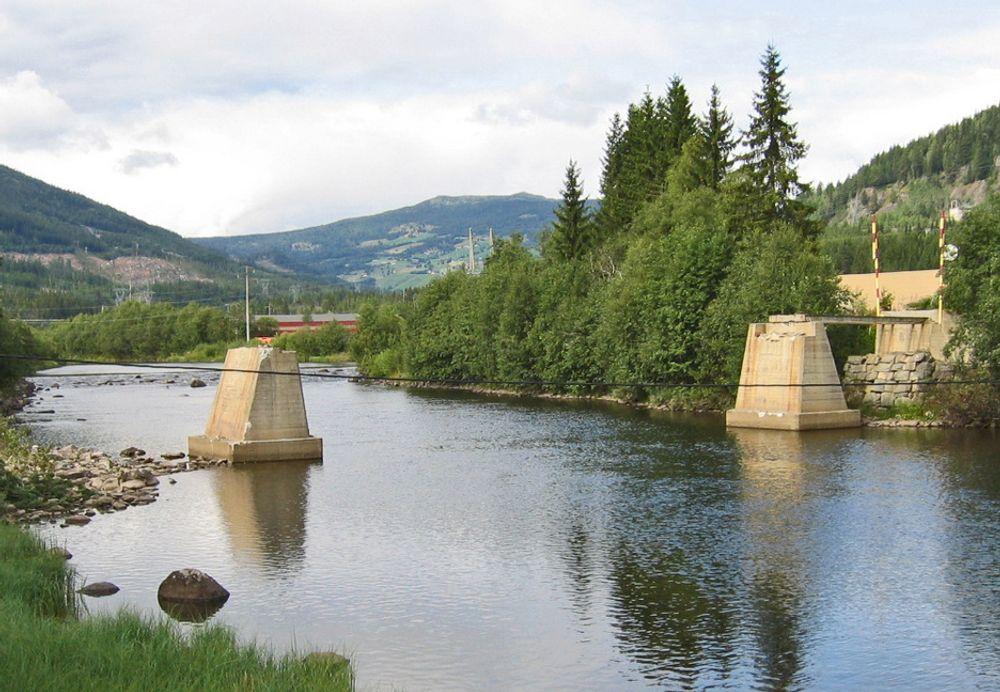 Pilarene Til Øynebrune står igjen som massive skulpturer i Hallingdalselva. Innen 1. desember skal Veidekke sørge for at nye landkar og ny overbygning være på plass.