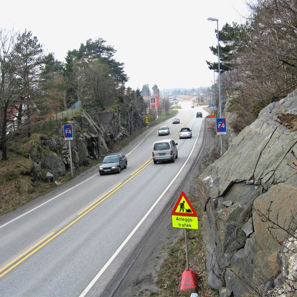 E 18 like øst for Øygardsdalen. Her har de som kjører i retning Kristianand opplevd reduksjon i vegstandarden siden 1981. Snart blir det en kraftig standardhevning i stedet.