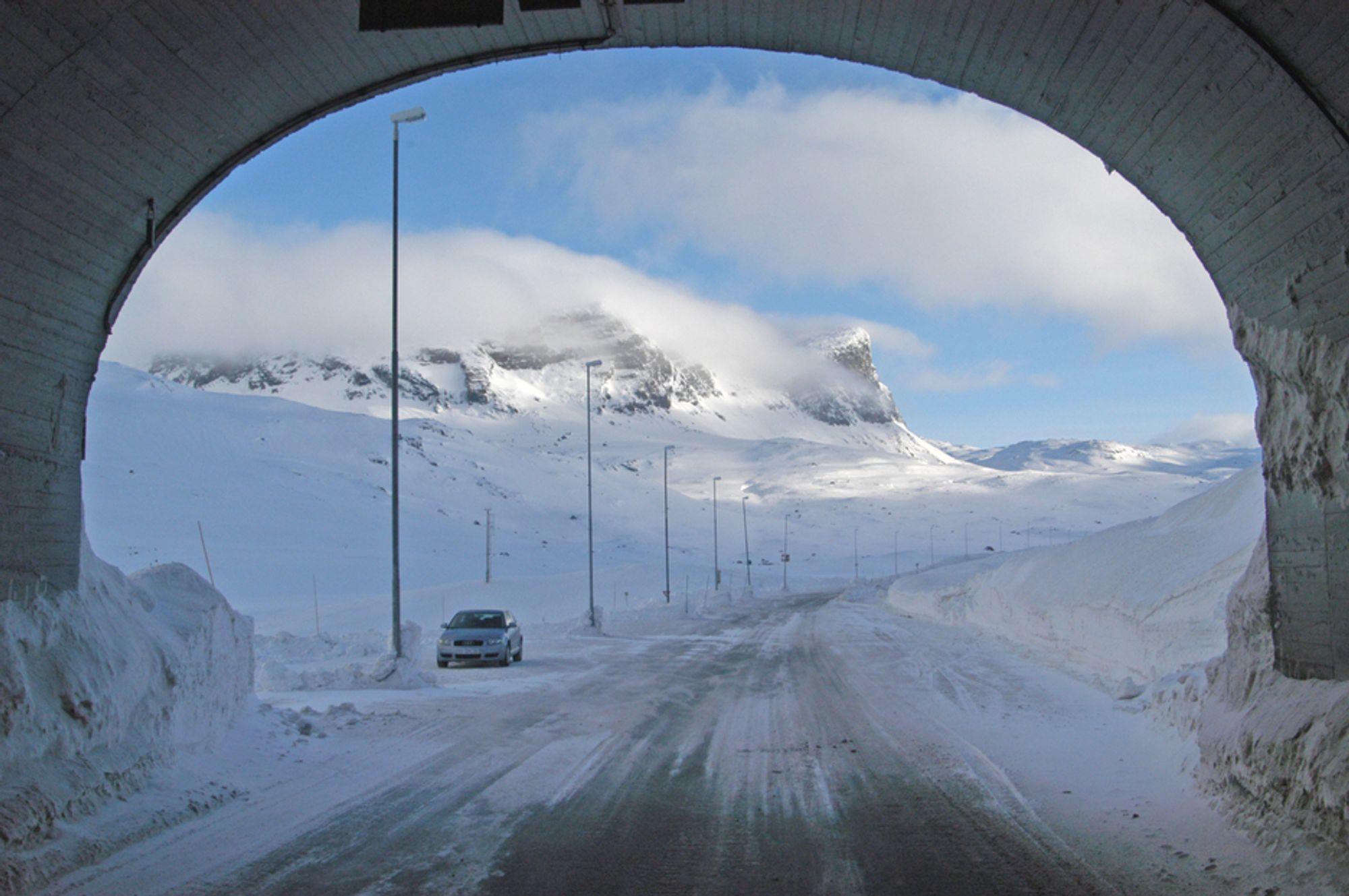 Inntil videre er Haukelitunnelen helt nødvendig for trafikkavviklingen på E 134. I juni skal den gamle vegen rundt tunnelen brøytes. Deretter blir den brukt som omkjøringsveg så lenge arbeidet i tunnelen pågår. (Foto: Kjell Wold, Statens vegvesen)