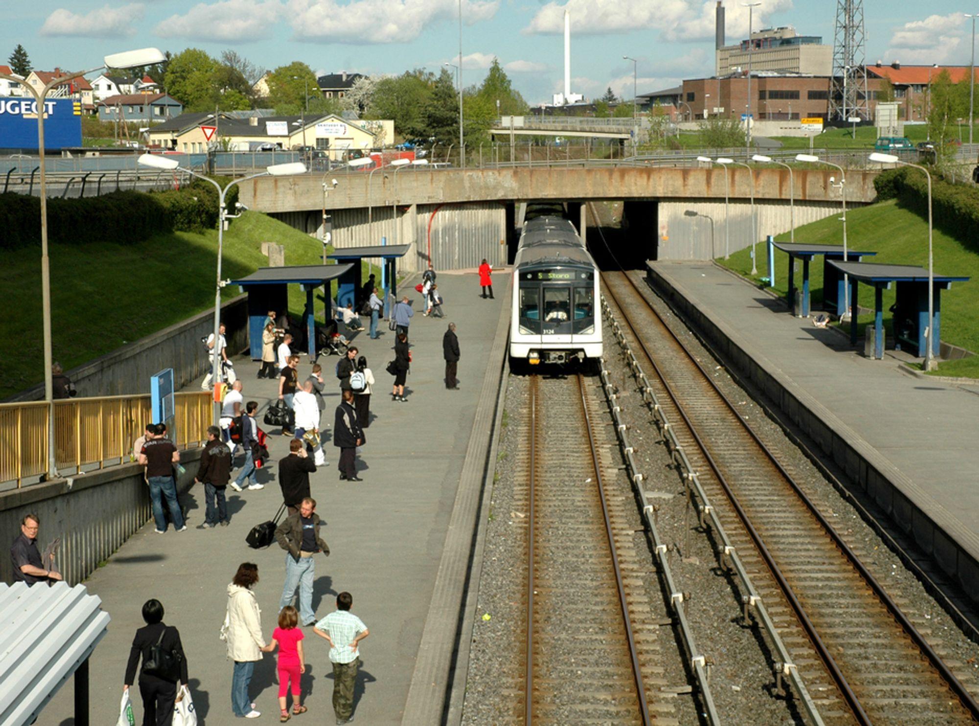 En stor del av Økern T-banestasjon vil ligge under lokk når utbyggingen i området er fullført. Passasjerene kan glede seg over nye adkomstmuligheter og høyere standard på stasjonen.