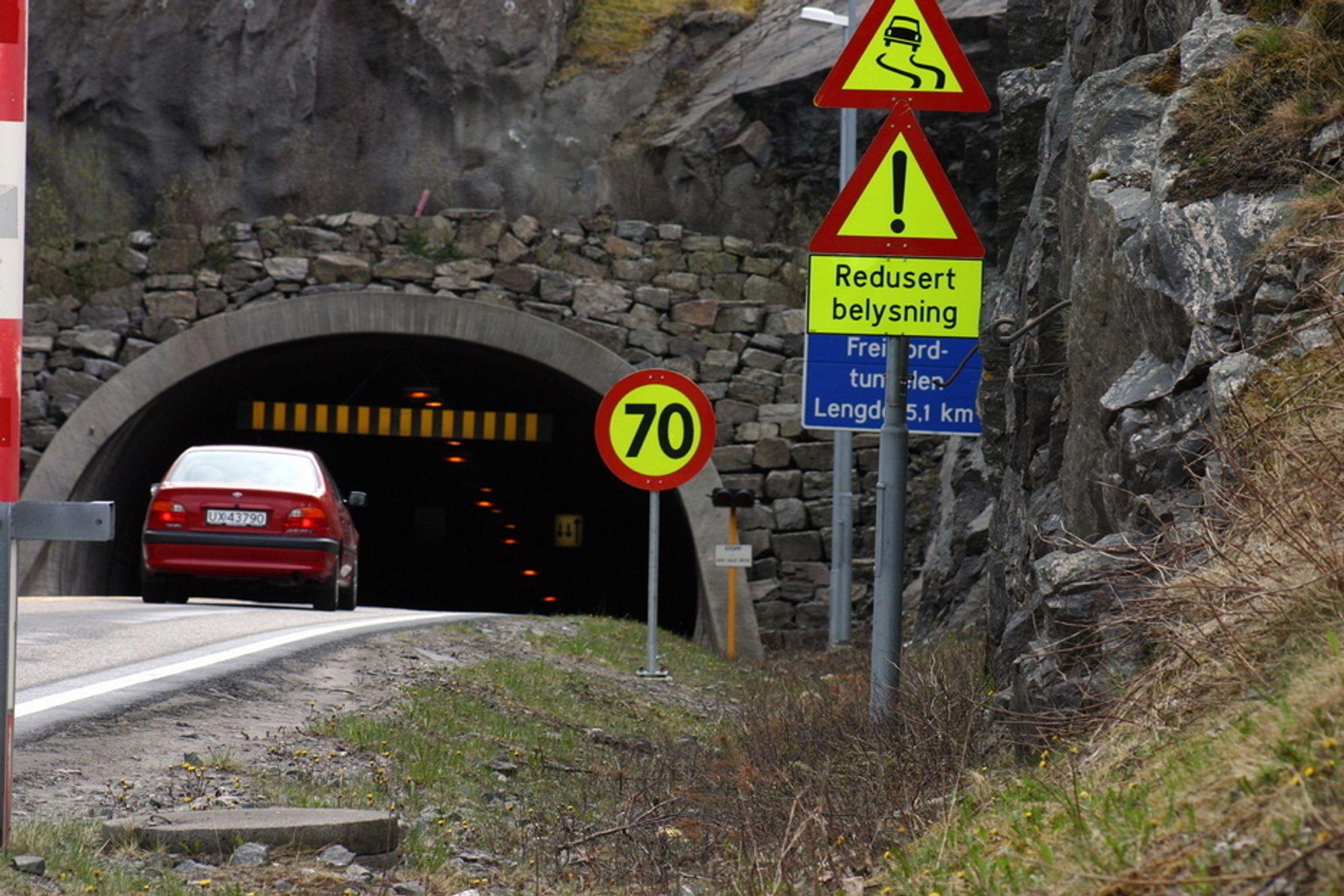 Disse skiltene møter trafikantene som skal inn i den knapt16 år gamle Freifjordtunnelen på Nordmøre.
