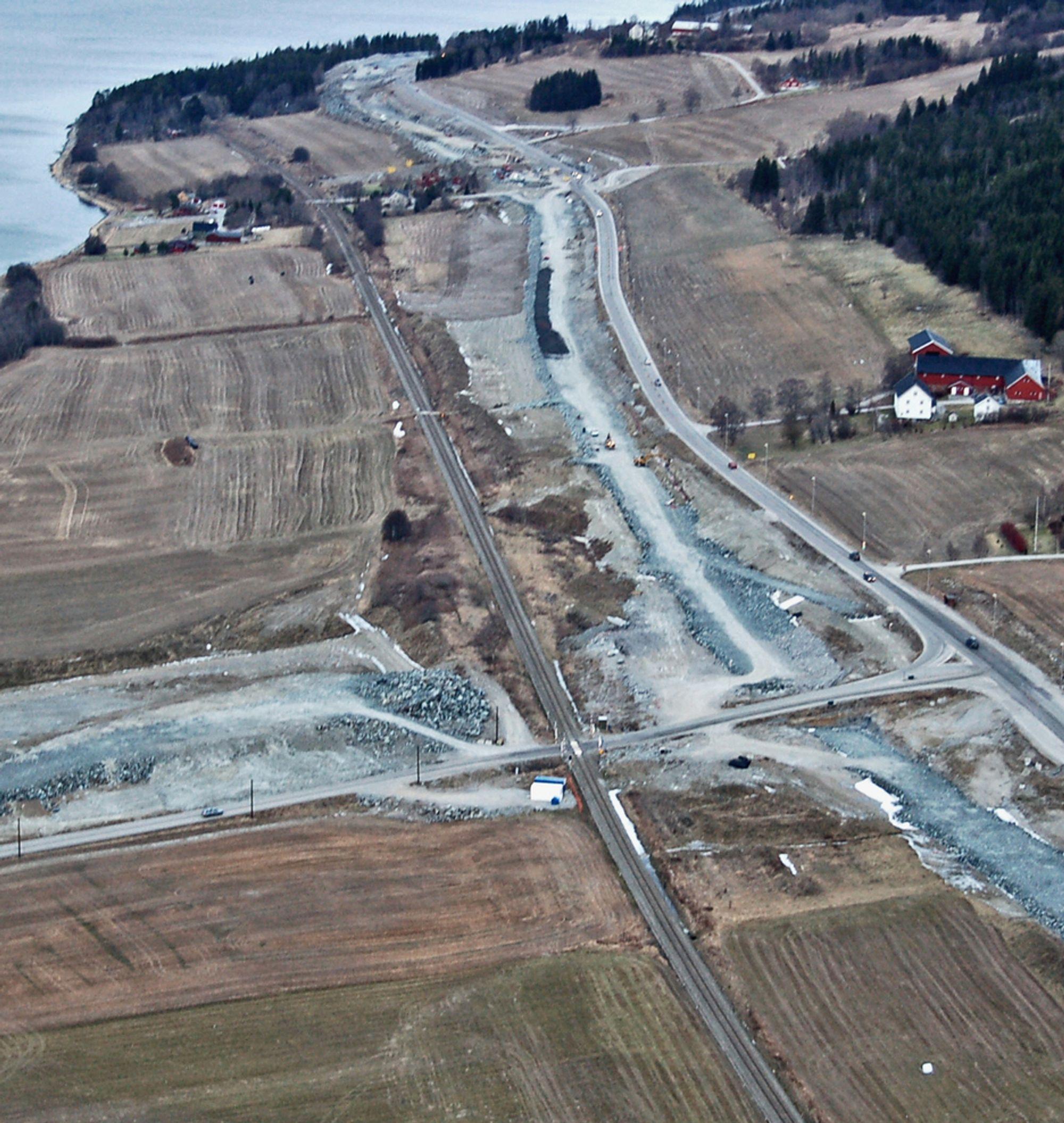 Slik så krysset på Vist ut for et par måneder siden. Fyllingen til venstre skal føre riksveg 761 fram til brua over jernbanen. Nåværende E 6 helt til høyre blir degradert til lokalveg fra sommeren neste år.