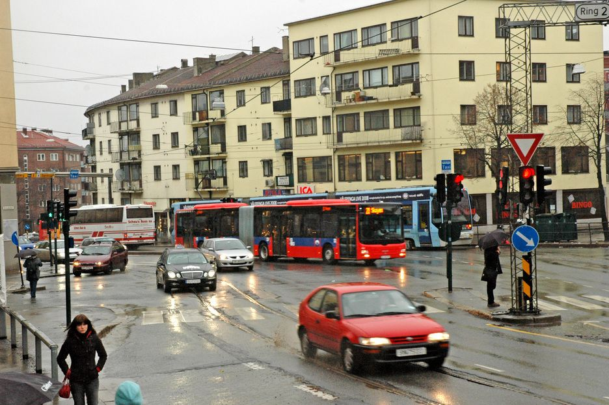 Carl Berners plass er et viktig knutepunkt for kollektivtrafikk, men trafikkforholdene er vanskelige. Nå skal forholdene legges bedre til rette for busser og trikker.
