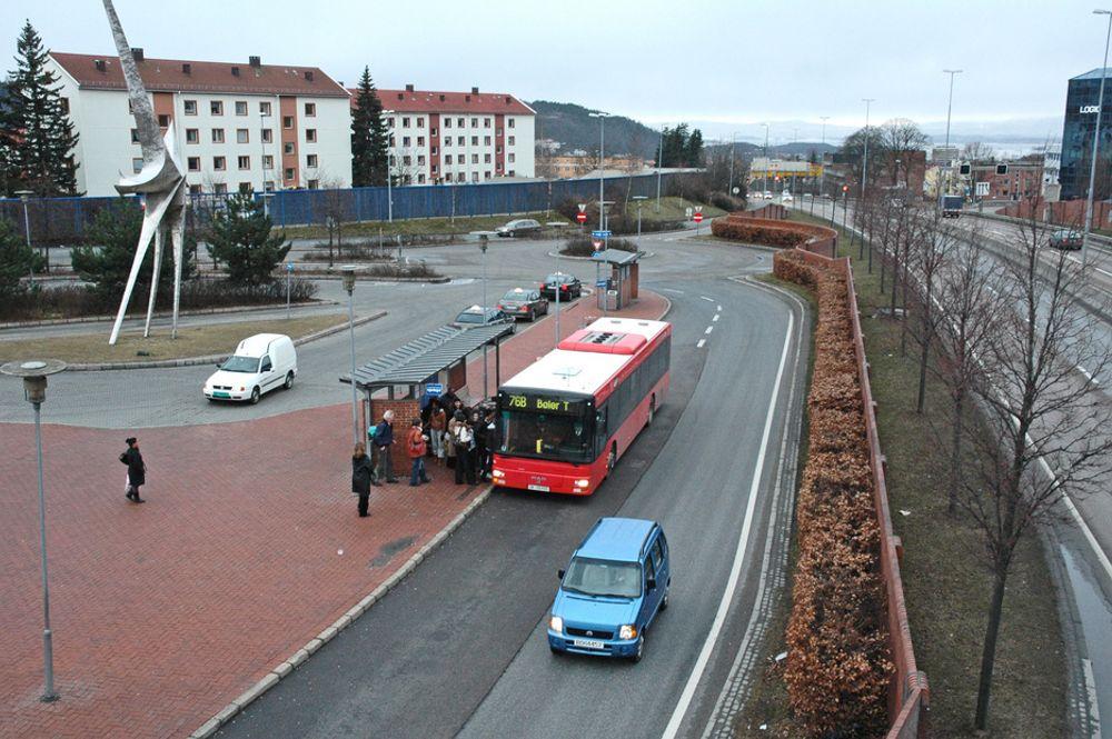 I dag må bussene på Helsfyr dele trasé med en pårampe til Strømsveien. Nå blir rundkjøringen i bakgrunnen flyttet lengre vekk og ny pårampe vil bli lagt gjennom støyskjermen.
