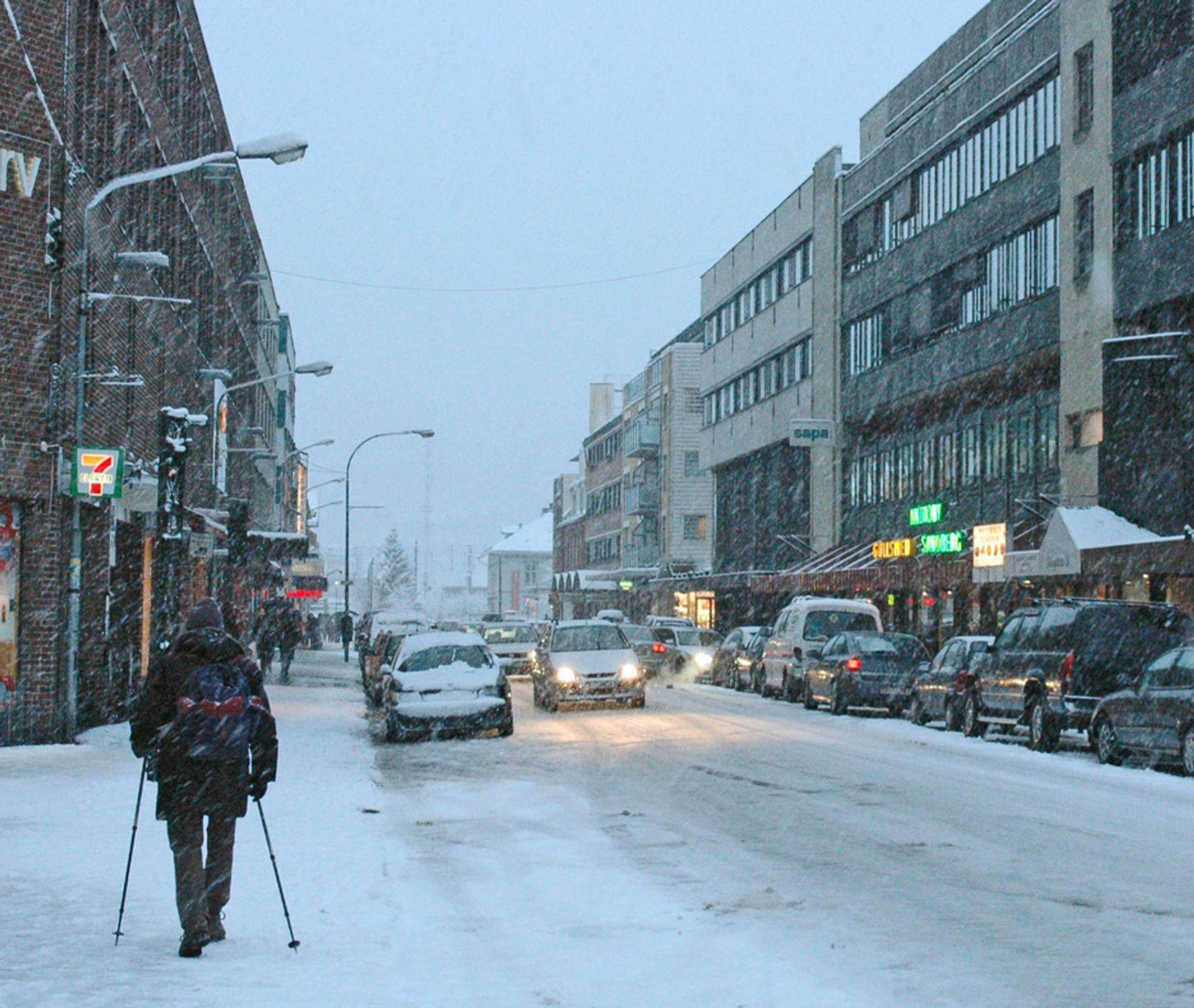 Storgata i Lillestrøm er ikke spesielt innbydende for fotgjengere, spesielt ikke når den er dekket med våt snø. Før vinteren 2009/10 setter inn, har forholdene blitt betraktelig bedre.