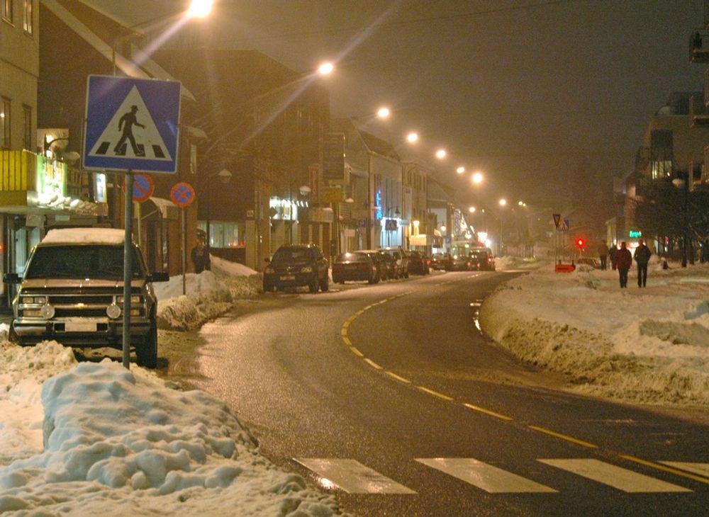 Hovedgata gjennom Strømmen er regulert for å slippe bilene raskt gjennom. Snøen gjør det vanskelig å se hvor lite fotgjengervennlig den er.