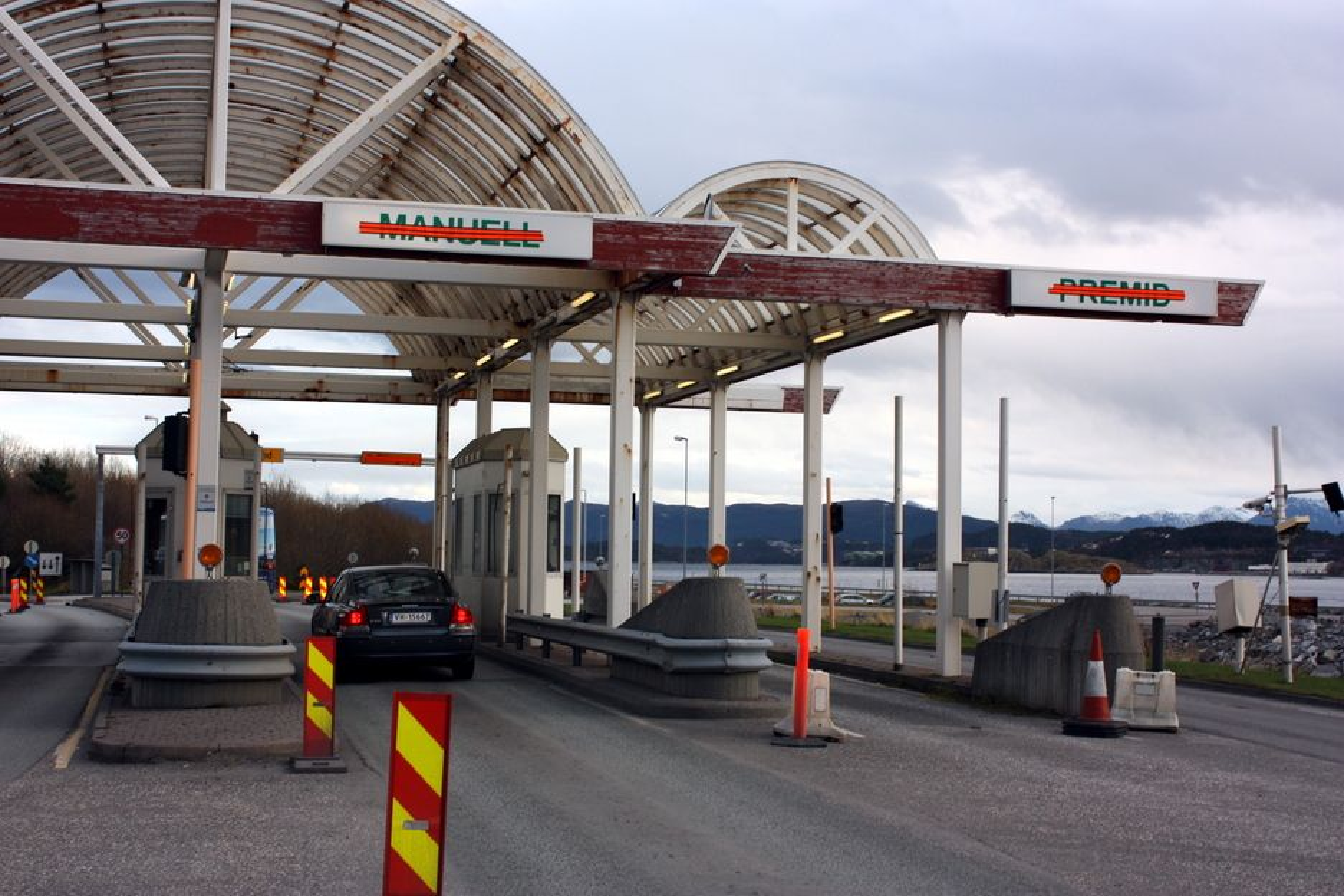 Bomstasjonen på er Kverve forlatt og klar for riving. Men bare noe under halvparten av kostnadene med Ålesundstunnelene ble betalt gjennom bompenger...