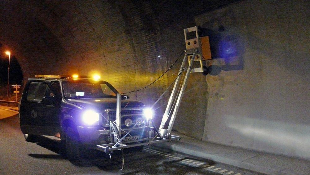 Radaren har hjul, og kjøres langs tunnelveggen ved forinspeksjon.  Foto: Sintef