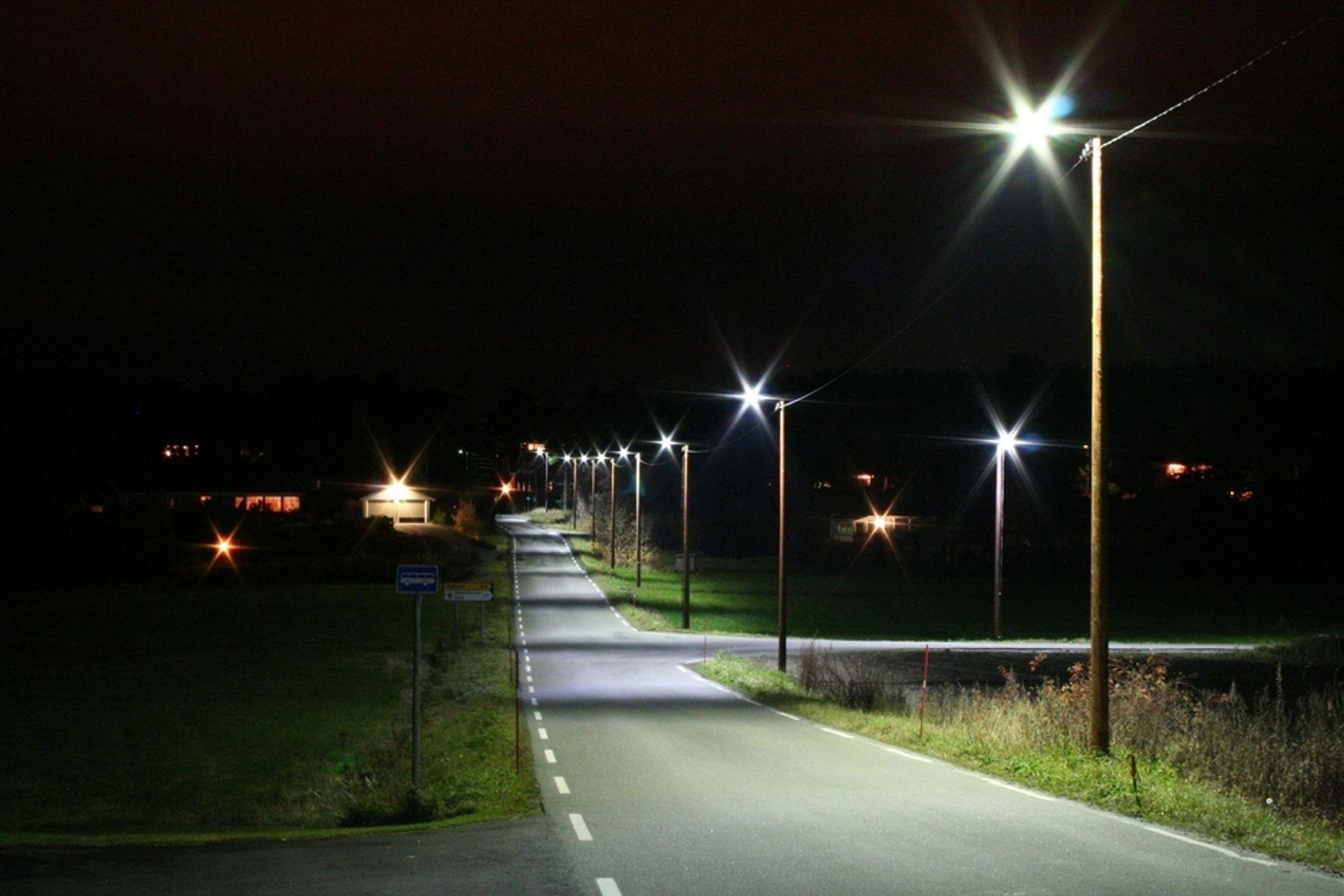 LED vegbelysningen som blir testet på Tromøy i Arendal, gir et hvitaktig, behagelig lys som gir god oversikt og fremhever detaljer langs vegbanen.
