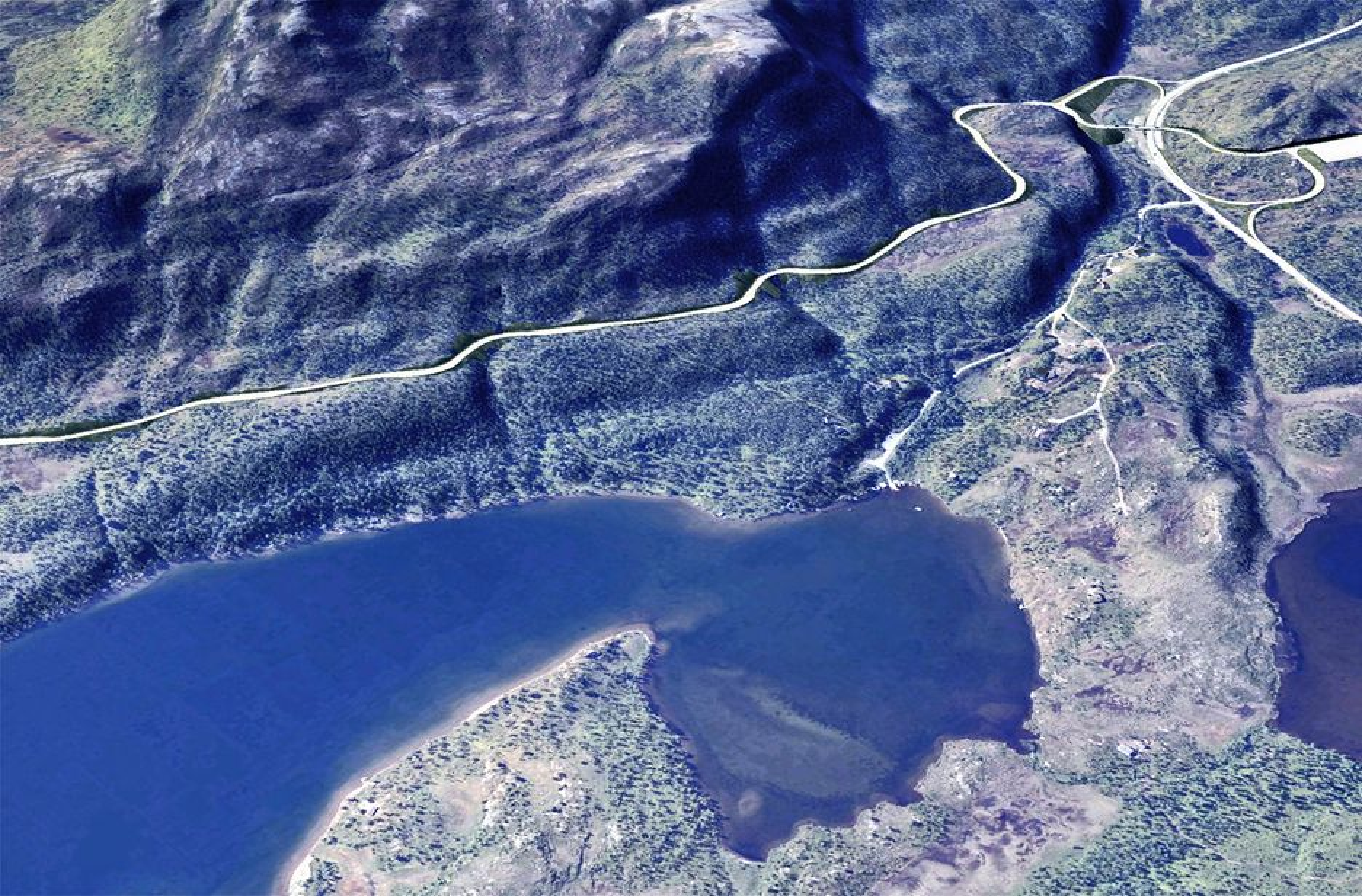 Slik vil en del av vegen til Mauken se ut i 2011. E 6 gjør en sving inn i bildet til høyre. I forgrunnen ses en liten del av Takvannet.