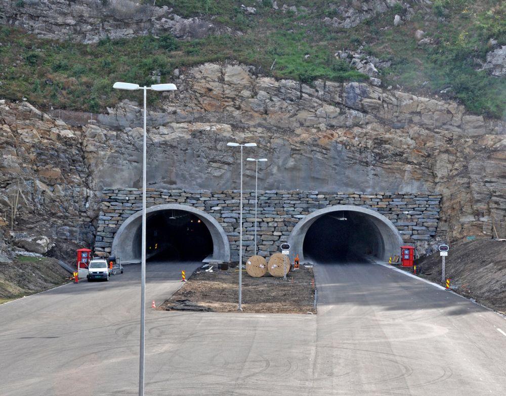 Dette er østre påhugg til den 1 060 meter lange Skifjelltunnelen like ved Lillesand. Den er ikke sikkerhetsgodkjent og det er heller ikke de seks andre tunnelene på ny E 18 mellom Grimstad og Kristiansand. Derfor kan Kongen bare åpne en del av strekningen.