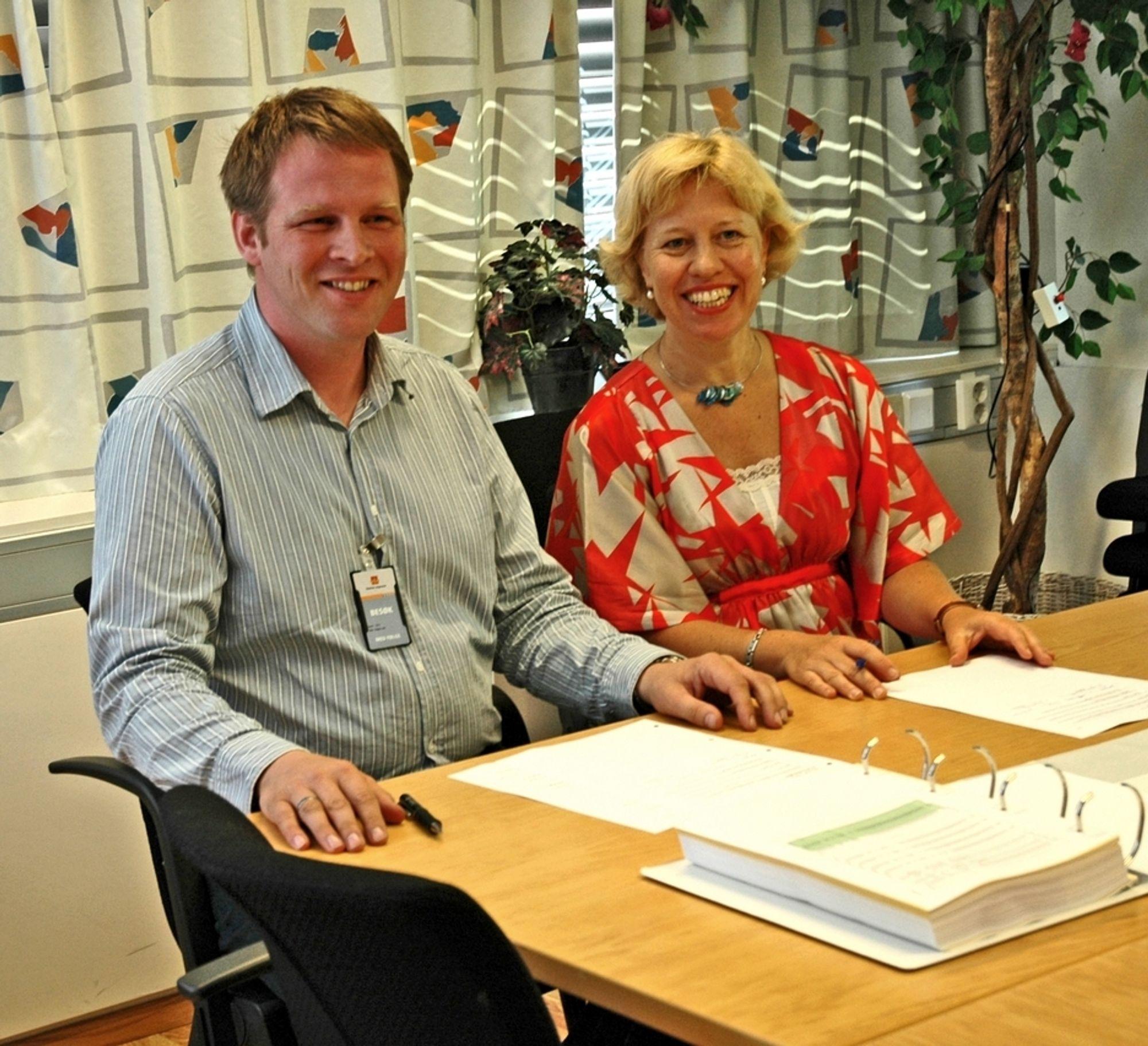 Fungerende regionvegsjef Signe Eikenes og Ásgeir Loftsson fra Ístak hf underskrev kontrakten om Hauge-Lonevåg 8. juli. Ístak hf er det islandske datterselskapet til E. Pihl & Søn.