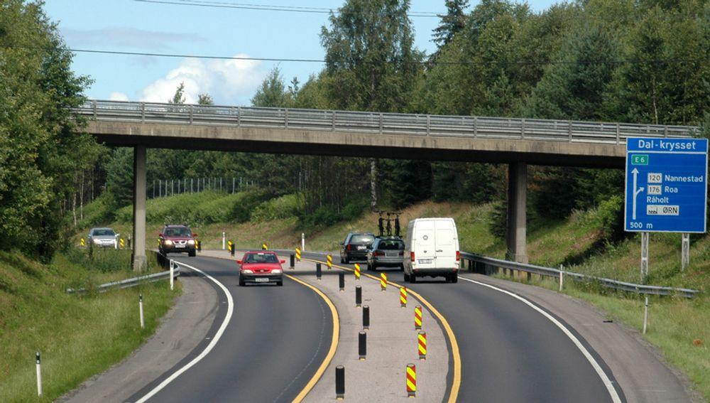 Tidligere var det tre kjørefelt på tre strekninger mellom Hovinmoen og Dal. Etter flere ulykker ble to av dem bygd om til brede midtdelere. Bildet viser nordre ende av en av dem.